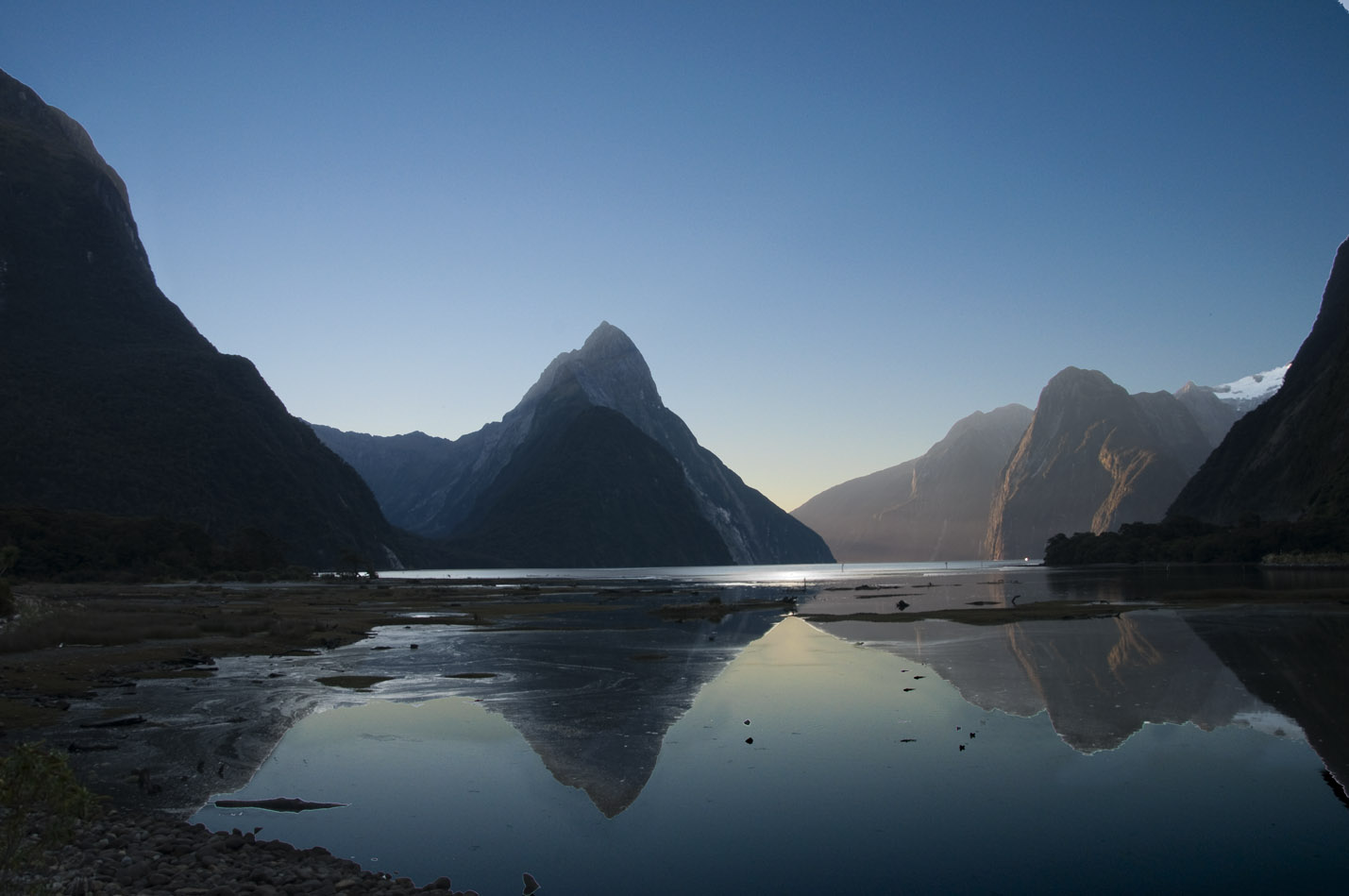 Milford_Sound_NZ_20110428.jpg