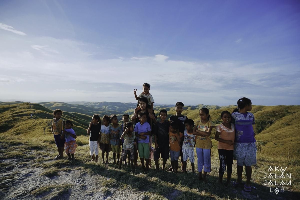 Bersama segerombolan anak-anak di bukit Wairinding.