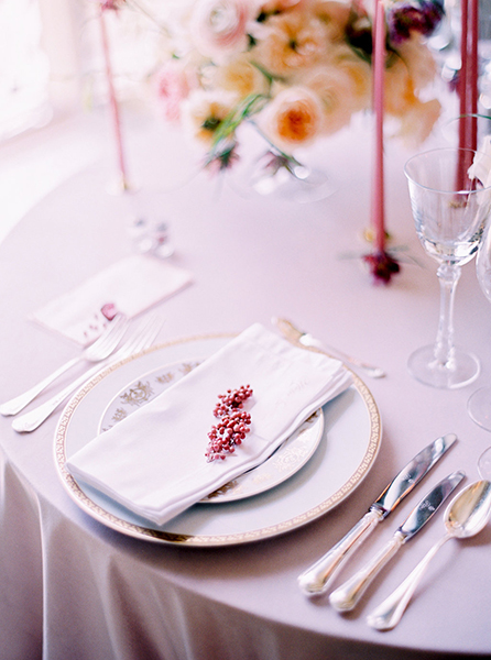 travellur_slow_travel_photoshoot_paris_Le_Secret_D_Audrey_ritz_wedding_place_setting_luxury.jpg