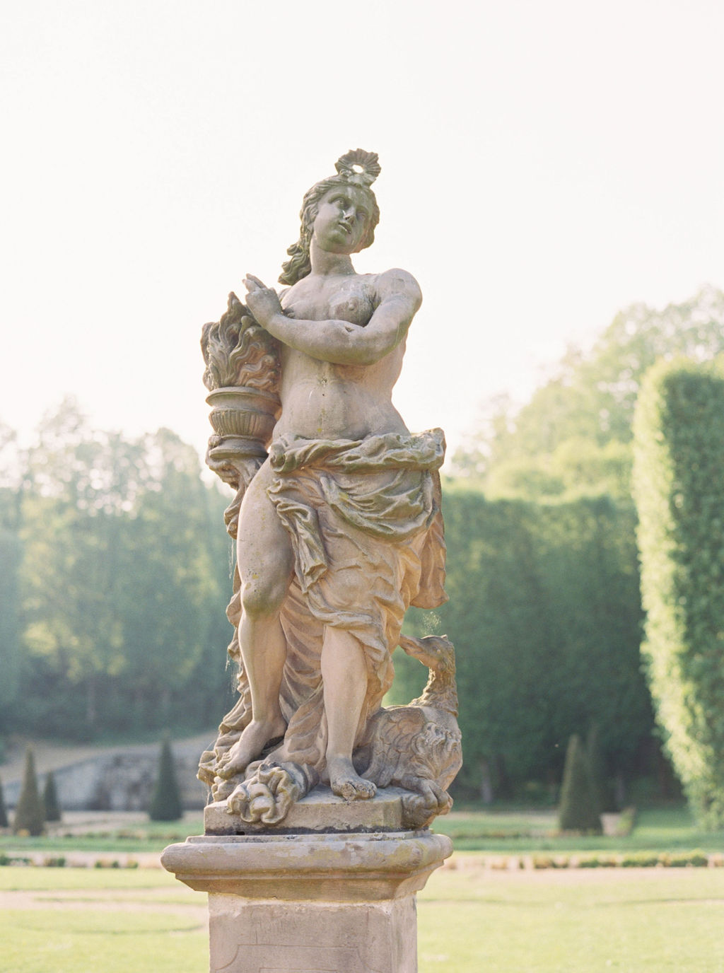 travellur_photoshoot_duchesse_de_villette_chateau_gardens_statue_france.jpg