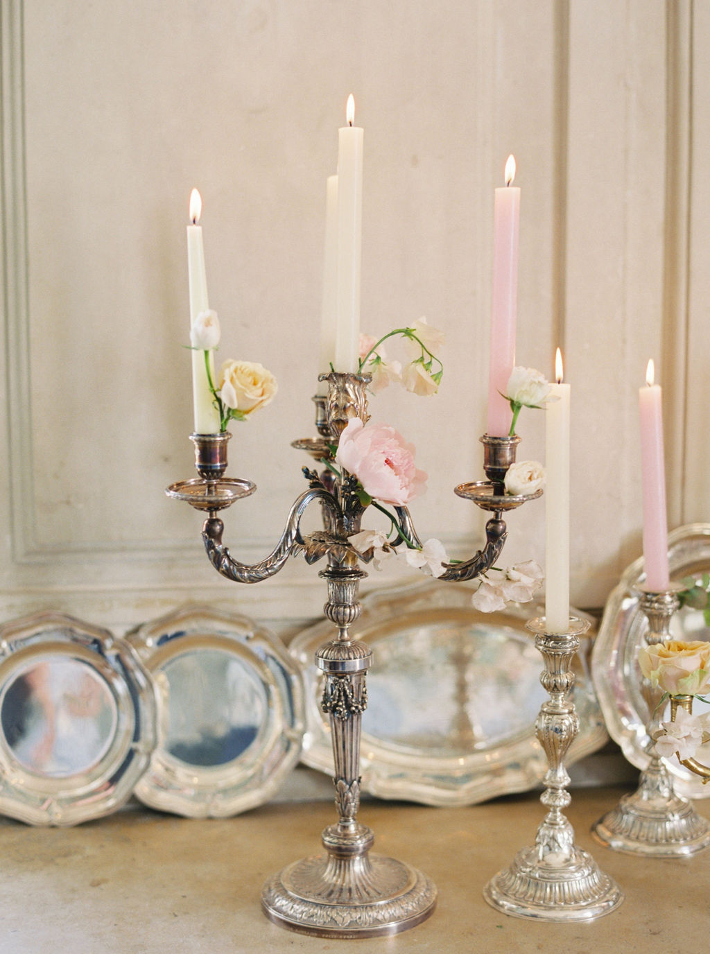 travellur_photoshoot_duchesse_de_villette_style_me_pretty_candle_sticks_french_beauty_table_top_wedding.jpg
