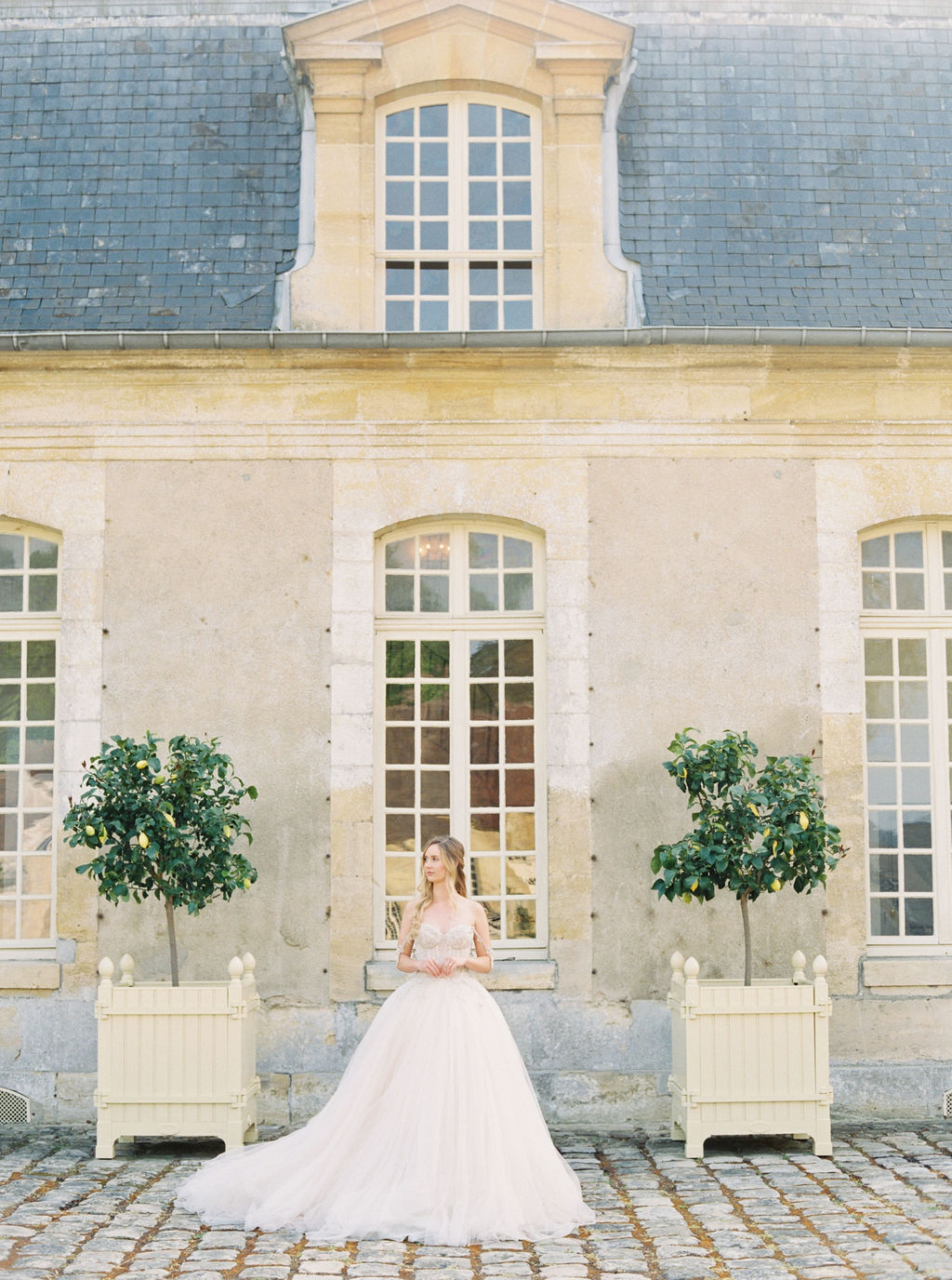 travellur_photoshoot__elegance_Jardin_de_Chateau_de_Villette_exterior_bride_wedding_shoot.jpg