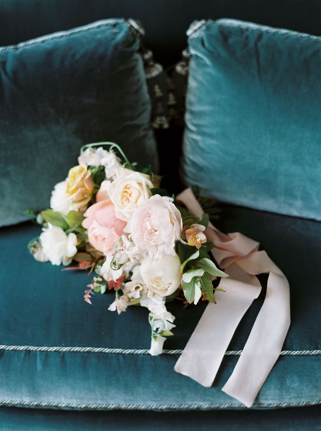 travellur_photoshoot__elegance_Jardin_de_Chateau_de_Villette_flowers_Floraison_paris_interiors_wedding_luxe_velvet.jpg
