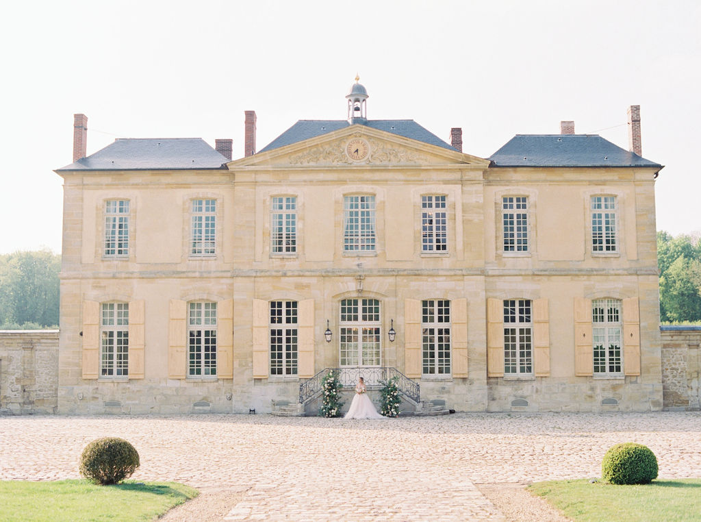 travellur_photoshoot__elegance_Jardin_de_Chateau_de_Villette_venue.jpg