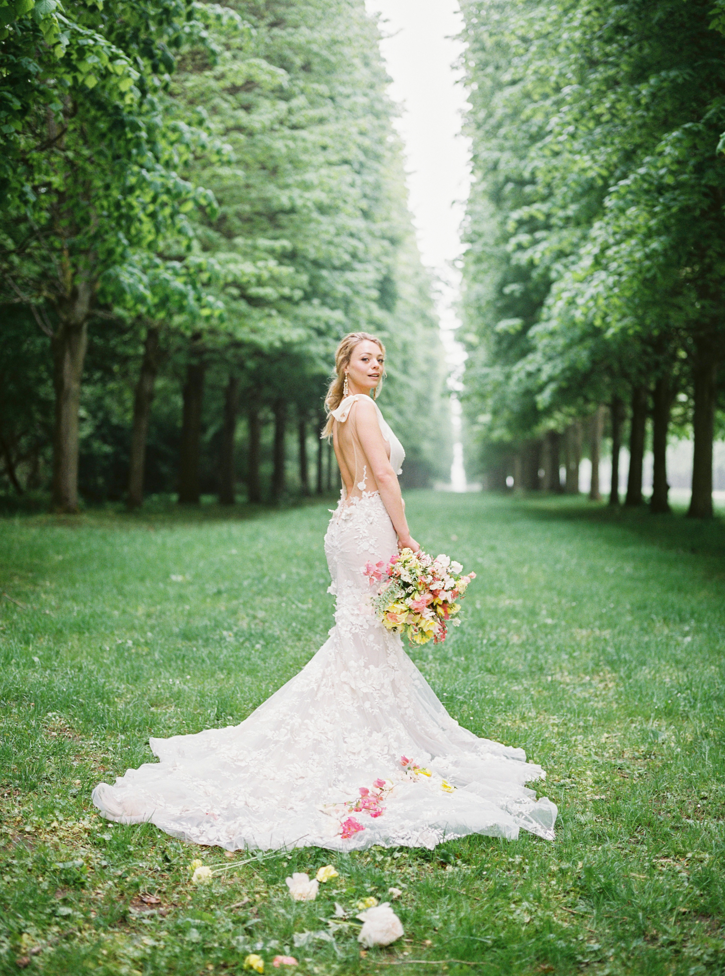 travellur_photoshoot__summer_in_versailles_wedding_flowers_bridal_luxe_shoot_floral_france_gardens.jpg