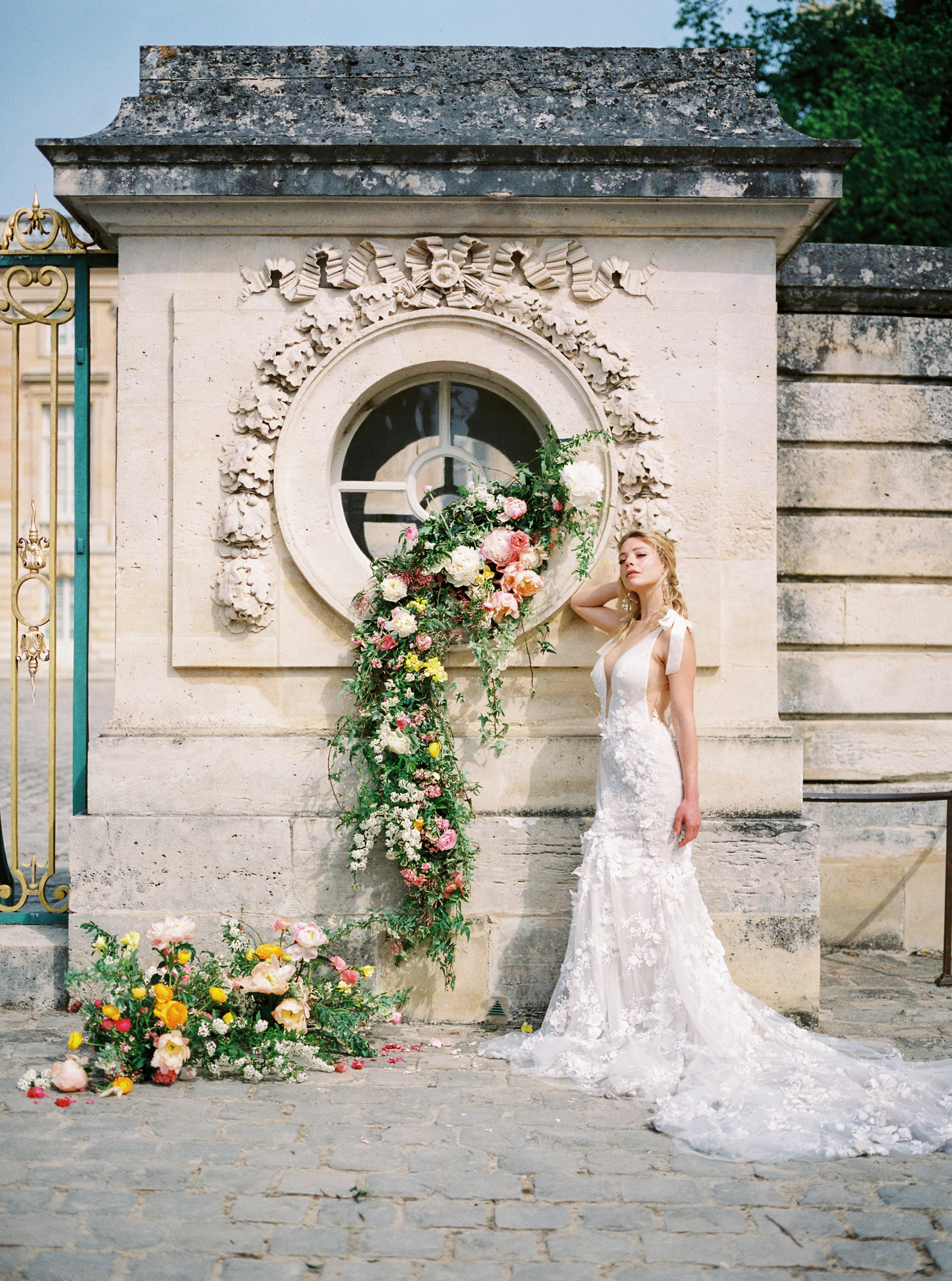 travellur_photoshoot__summer_in_versailles_wedding_flowers_bridal_luxe_shoot_floral_france_isibeal_studio_bride.jpg