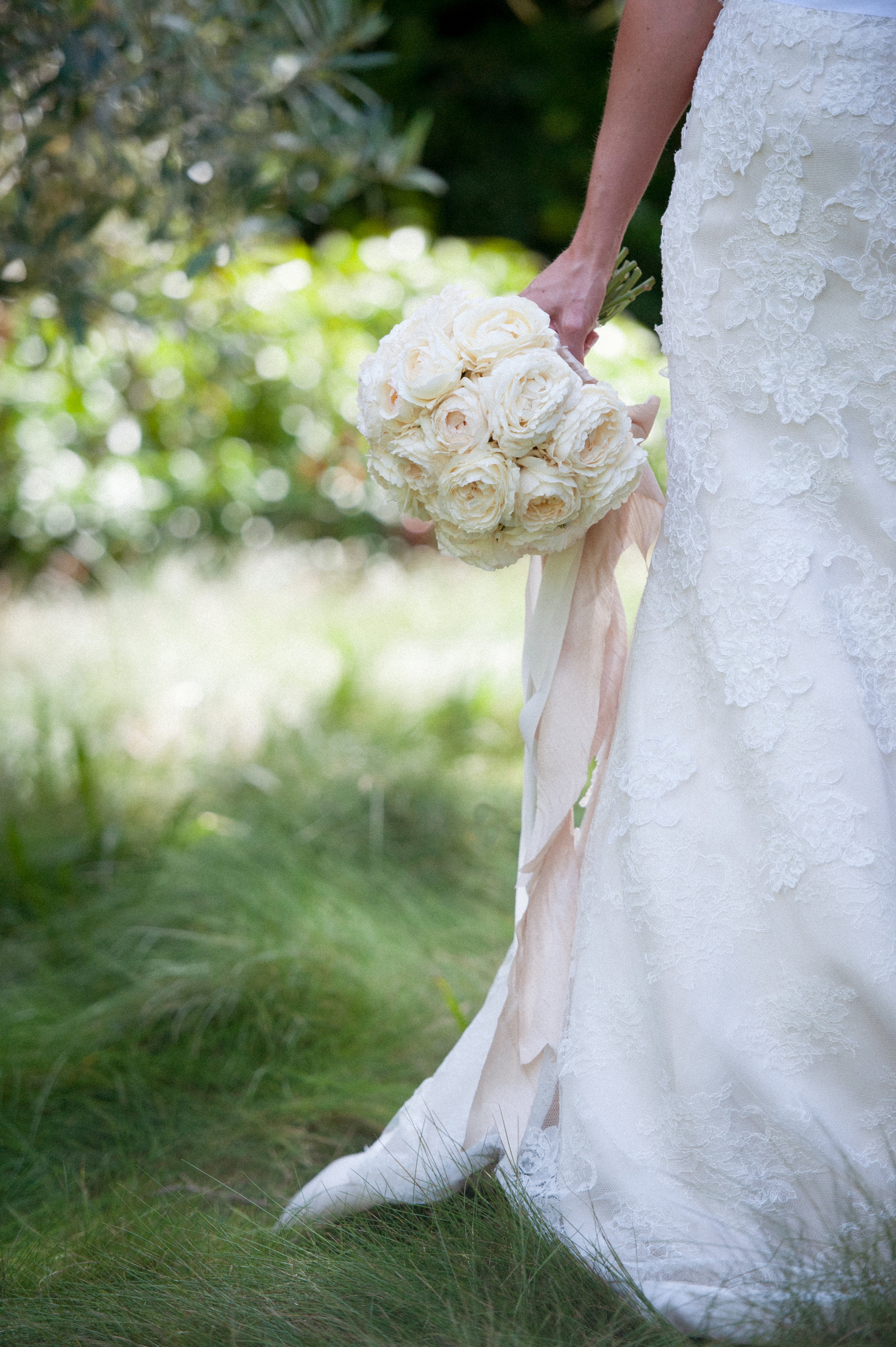 santabarbarawedding.com | Photo: Yvette Roman | Elegant white estate garden wedding