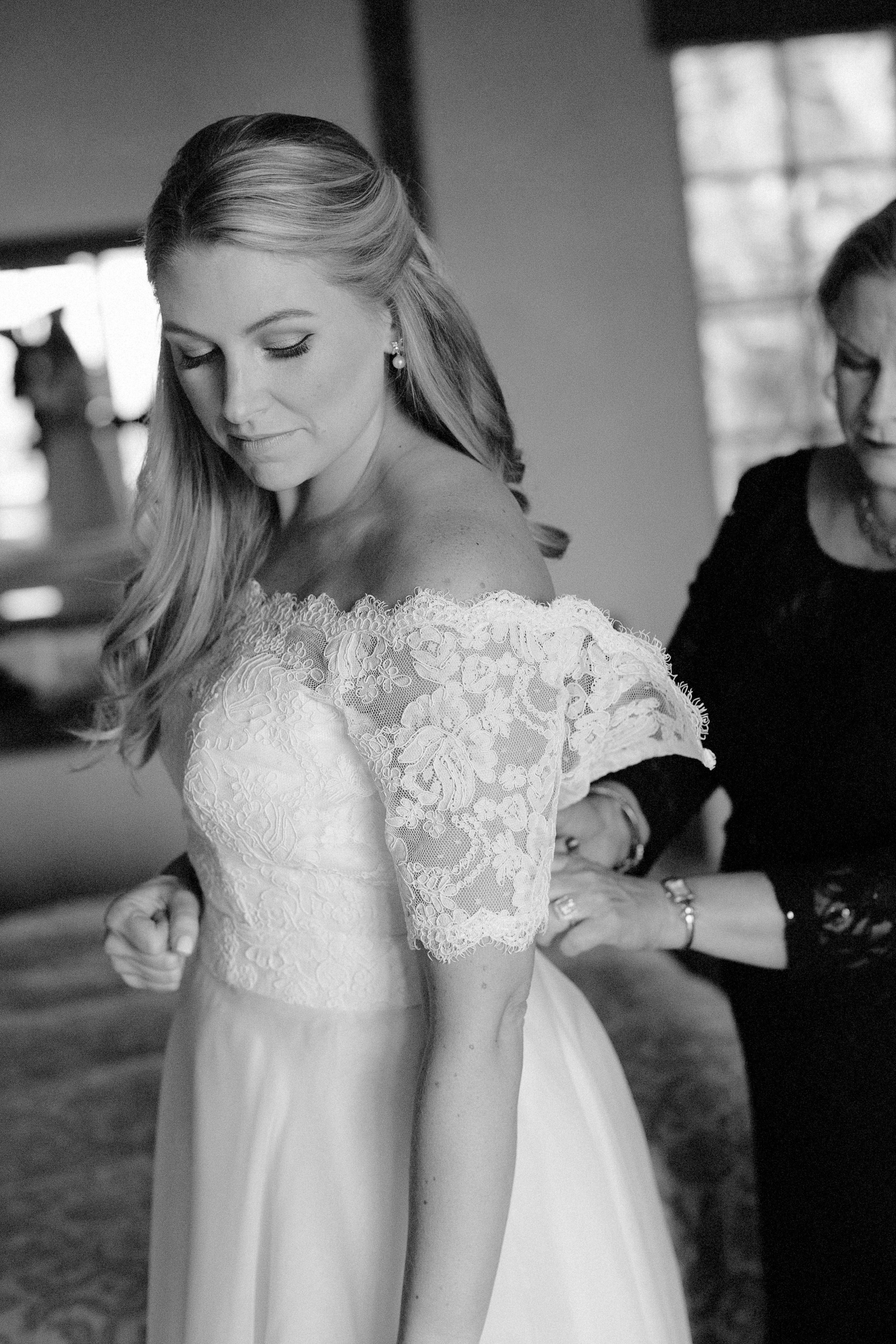 www.santabarbarawedding.com | Villa Verano | Clarissa Koenig Photography | Felici Events | Bride getting ready