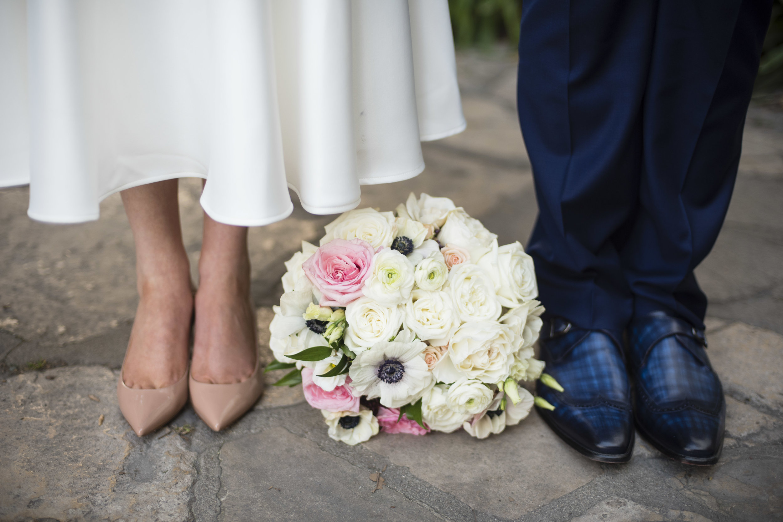 www.santabarbarawedding.com | By Cherry Photography | Santa Barbara Courthouse | Bride and Groom and Bouquet