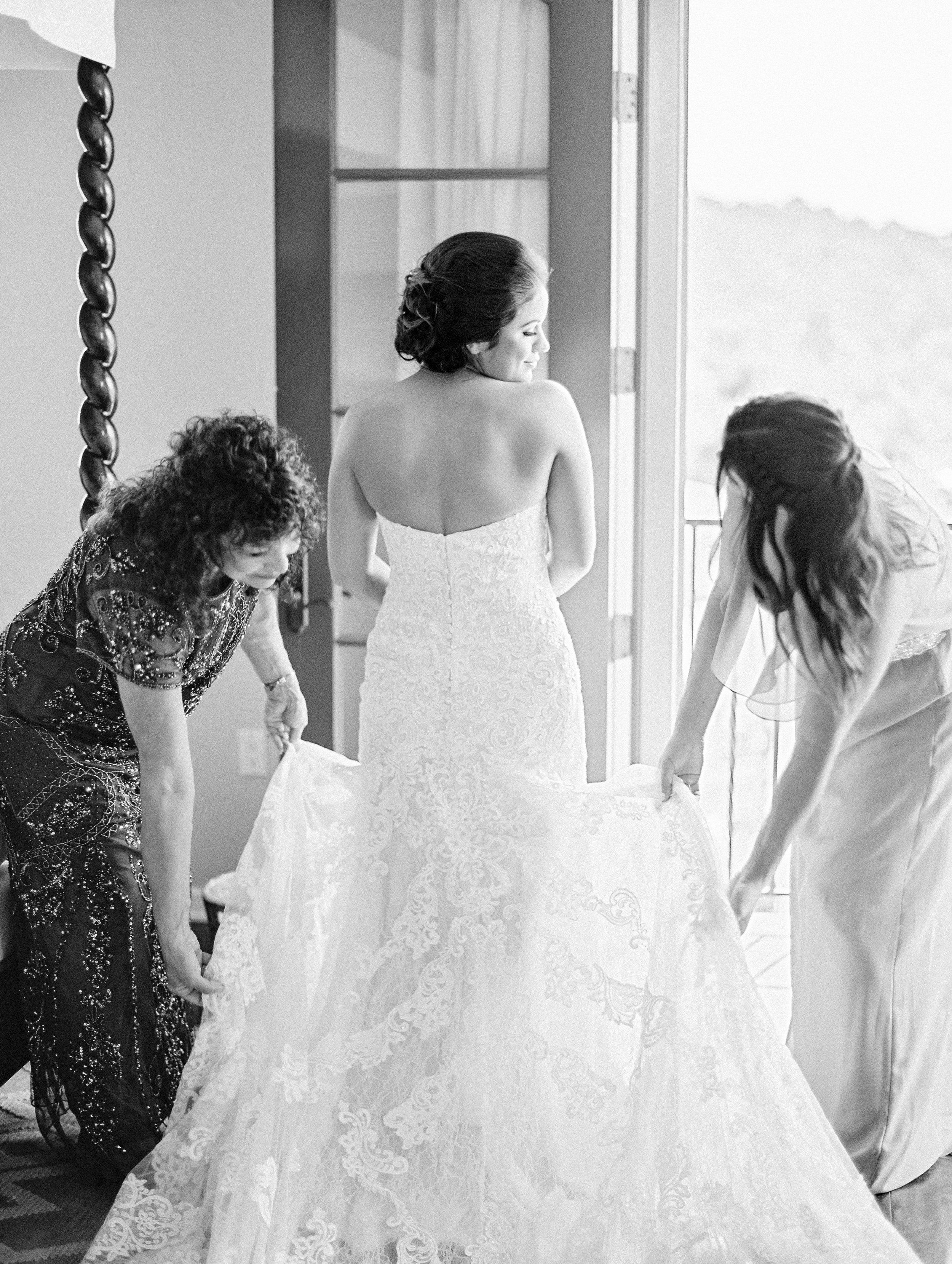 www.santabarbarawedding.com   El Presidio   Santa Barbara Club   Taralynn Lawton   Bride getting ready