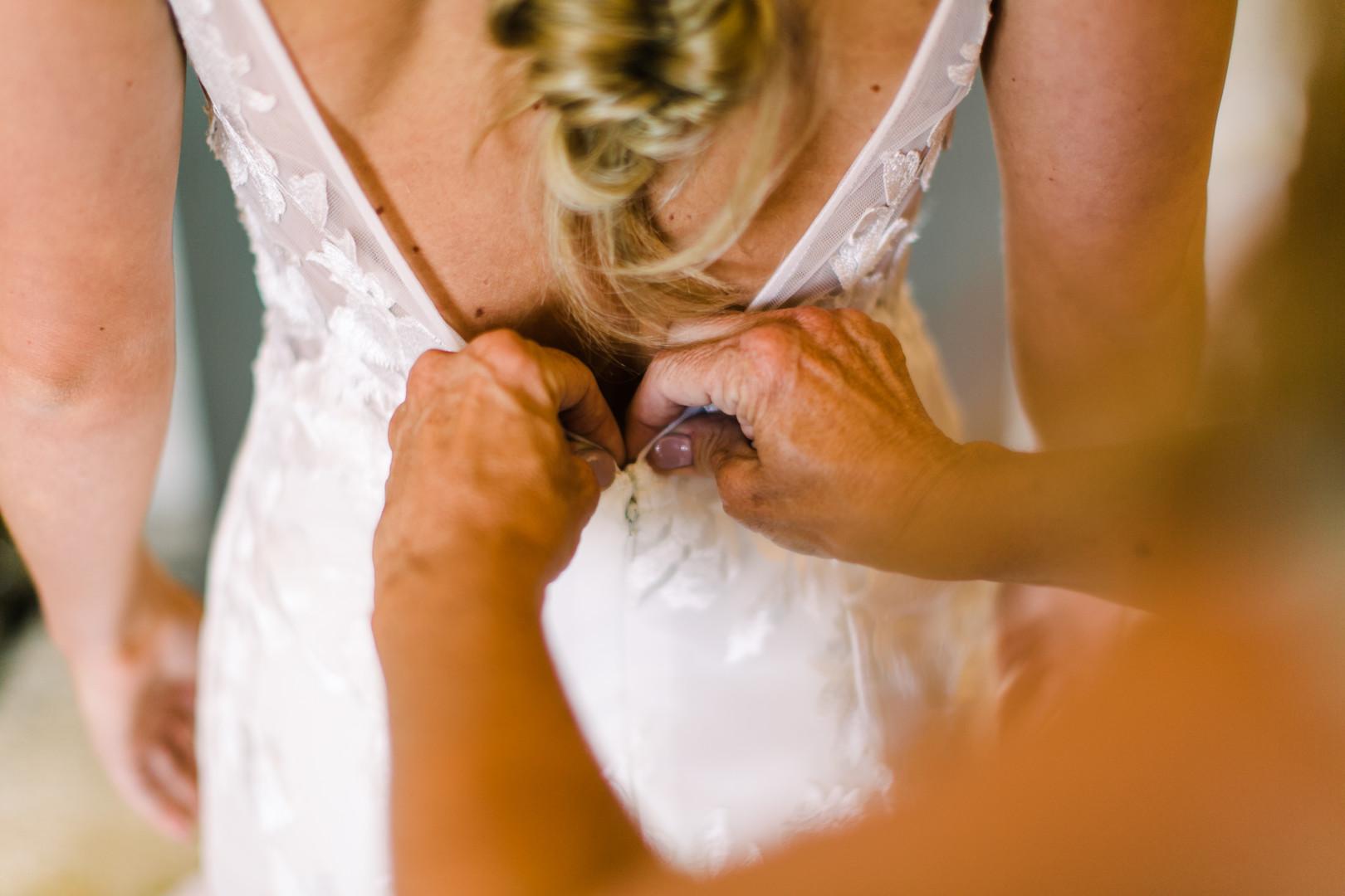 www.santabarbarawedding.com | Loriana | Hannah Kate Photo | Bride getting ready