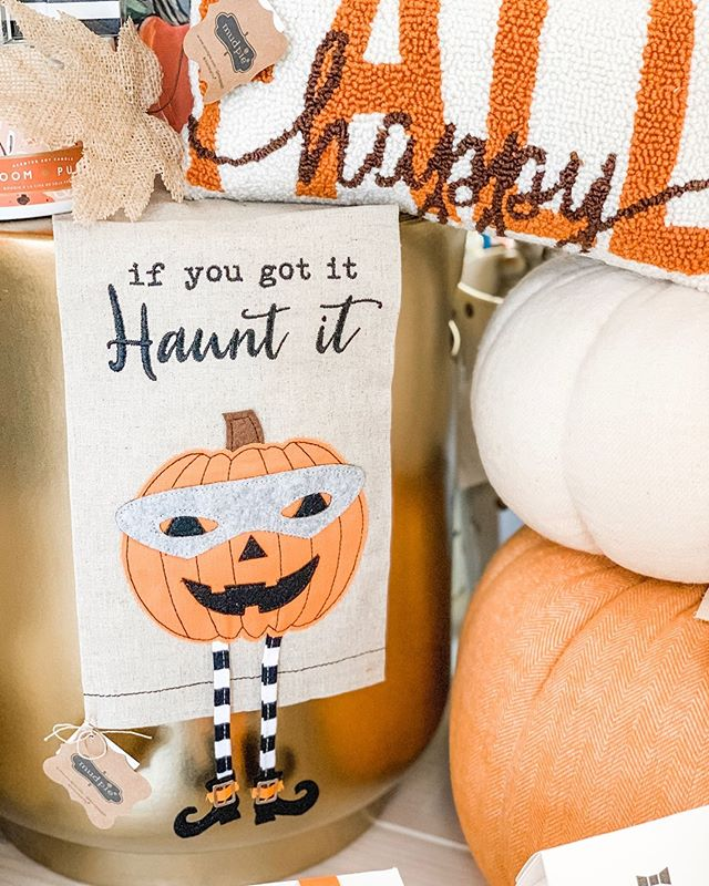 Haunt it, baby 🎃💁🏼♀️ We have so many beautiful fall accents for your home! These little tea towels make a great little gift as well!