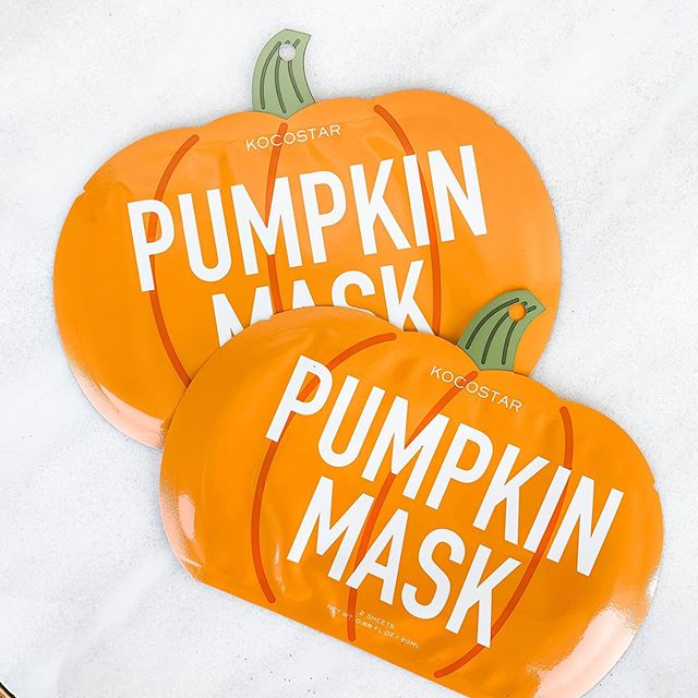 If this isn't the cutest thing already... SWIPE 👉🏻 to see that the mask is actually mini pumpkins to put all over your face. 🧡
