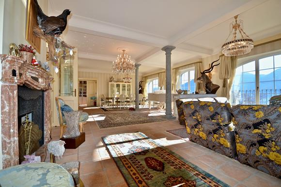 Grosses Wohnzimmer mit Kamin, Luxusvilla im Tessin, Schweiz zu verkaufen