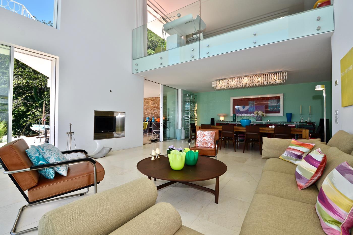 Villa di design,soggiorno con ampie finestre a a Brione Sopra Minusio,Ticino, Svizzera da vendere