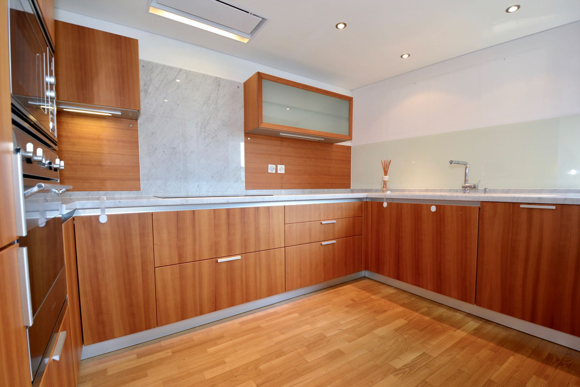 Cucina moderna costruita con colori caldi