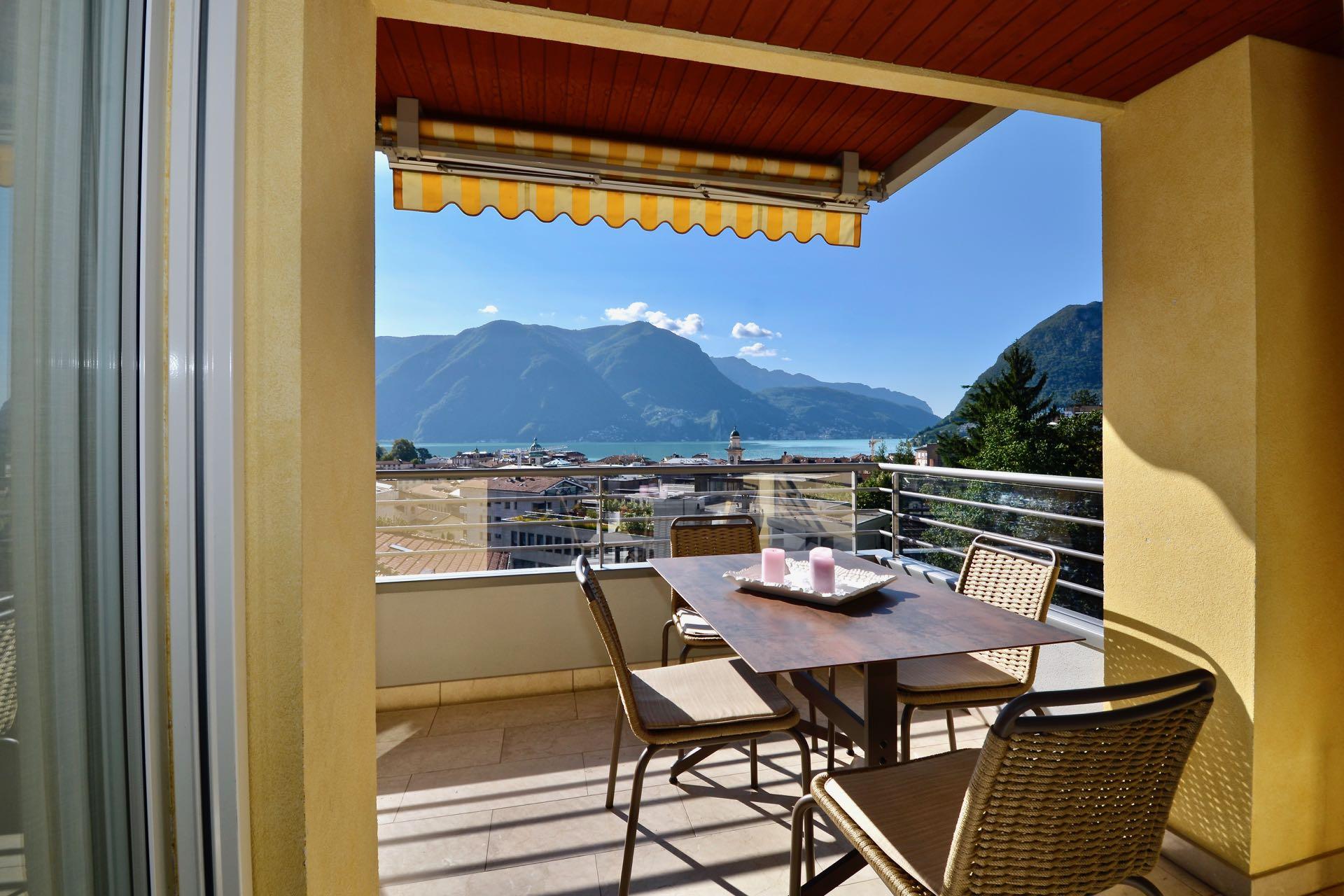 Vista della terrazza su lago. Appartamento moderno, centralissimo a città di Lugano da vendere con vista sul Lago di Lugano mozzafiato.