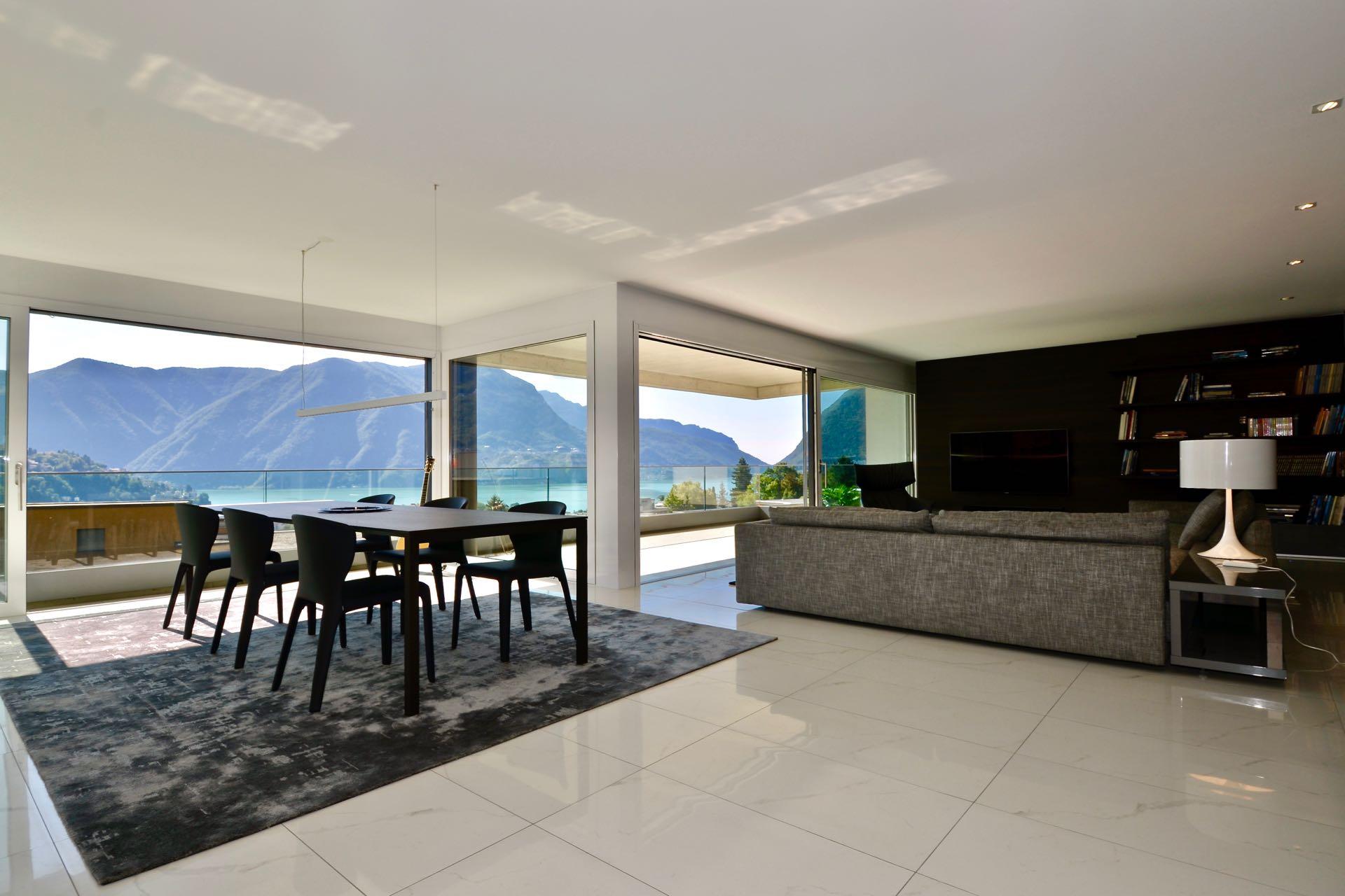Soggiorno grande con la cucina aperta. Appartamento moderno a Lugano in vendita in posizione strategica con stupenda vista sul Lago di Lugano