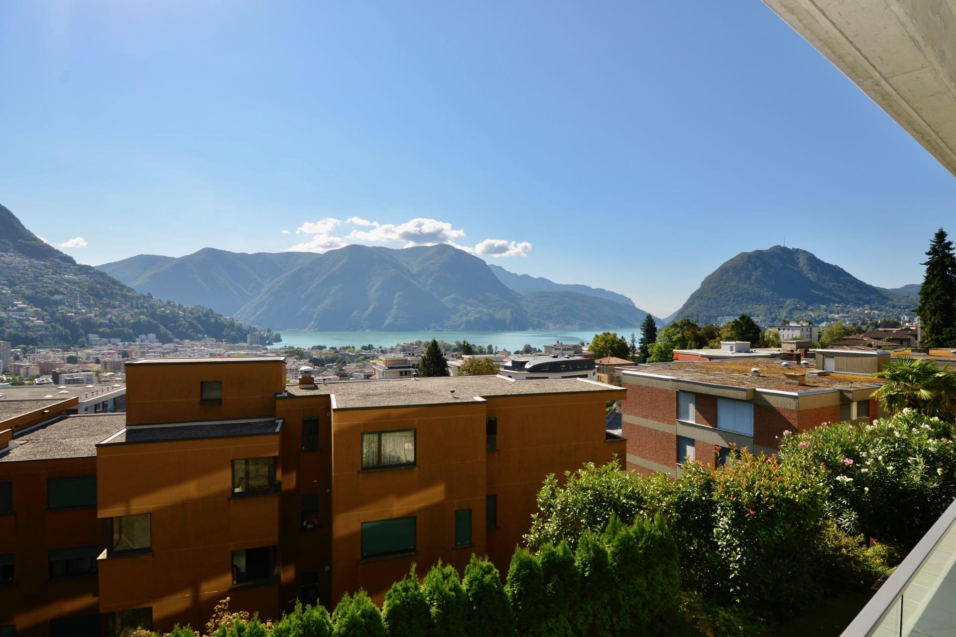Splendida vista sul lago della terrazza. Cucina e sala pranzo con vista sul lago. Appartamento moderno a Lugano in vendita in posizione strategica con stupenda vista sul Lago di Lugano.