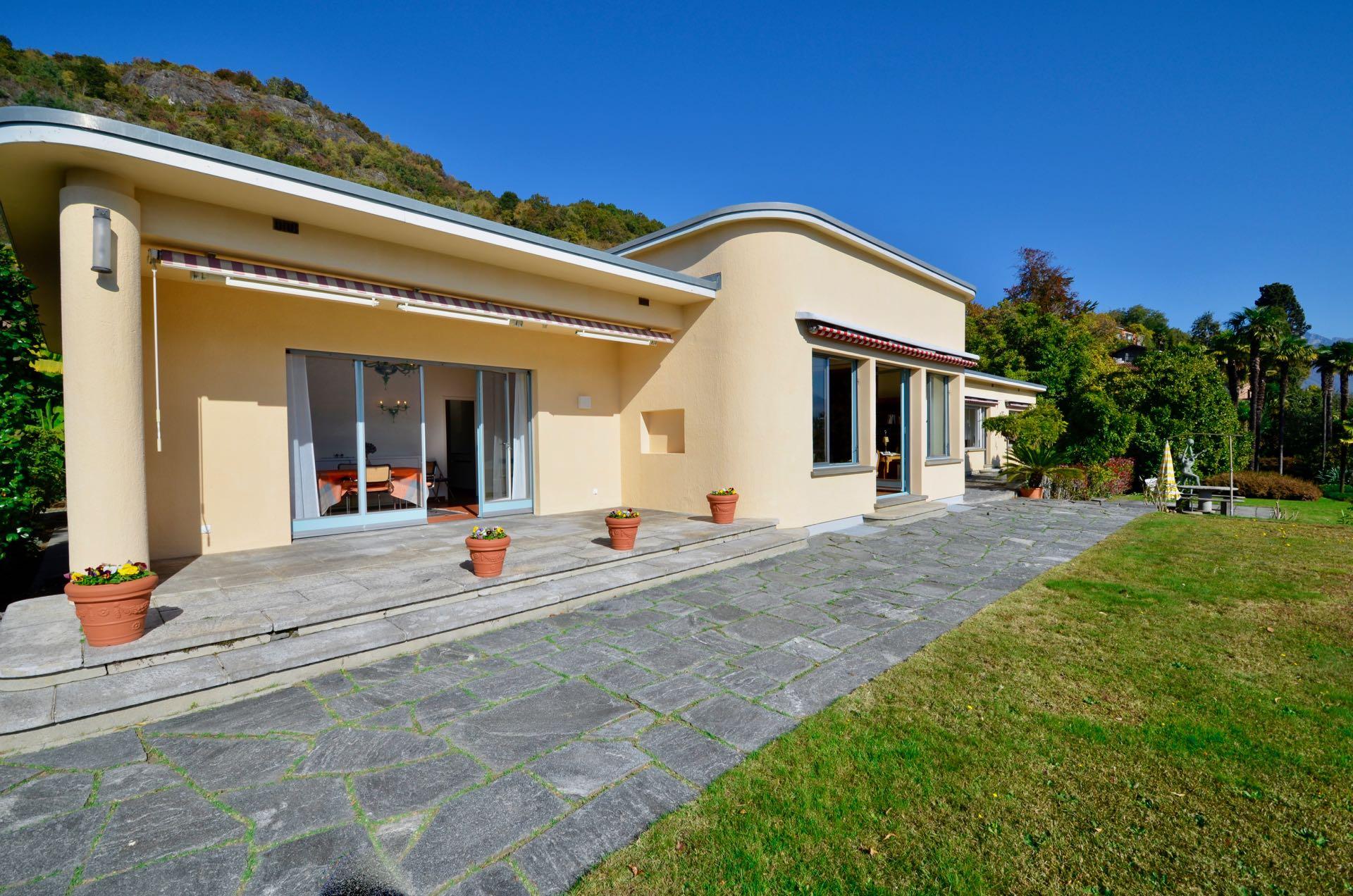 Blick auf die einmalige Bauhaus-Villa in Ascona, Schweiz an absoluter Toplage in Ascona, Schweiz zu verkaufen
