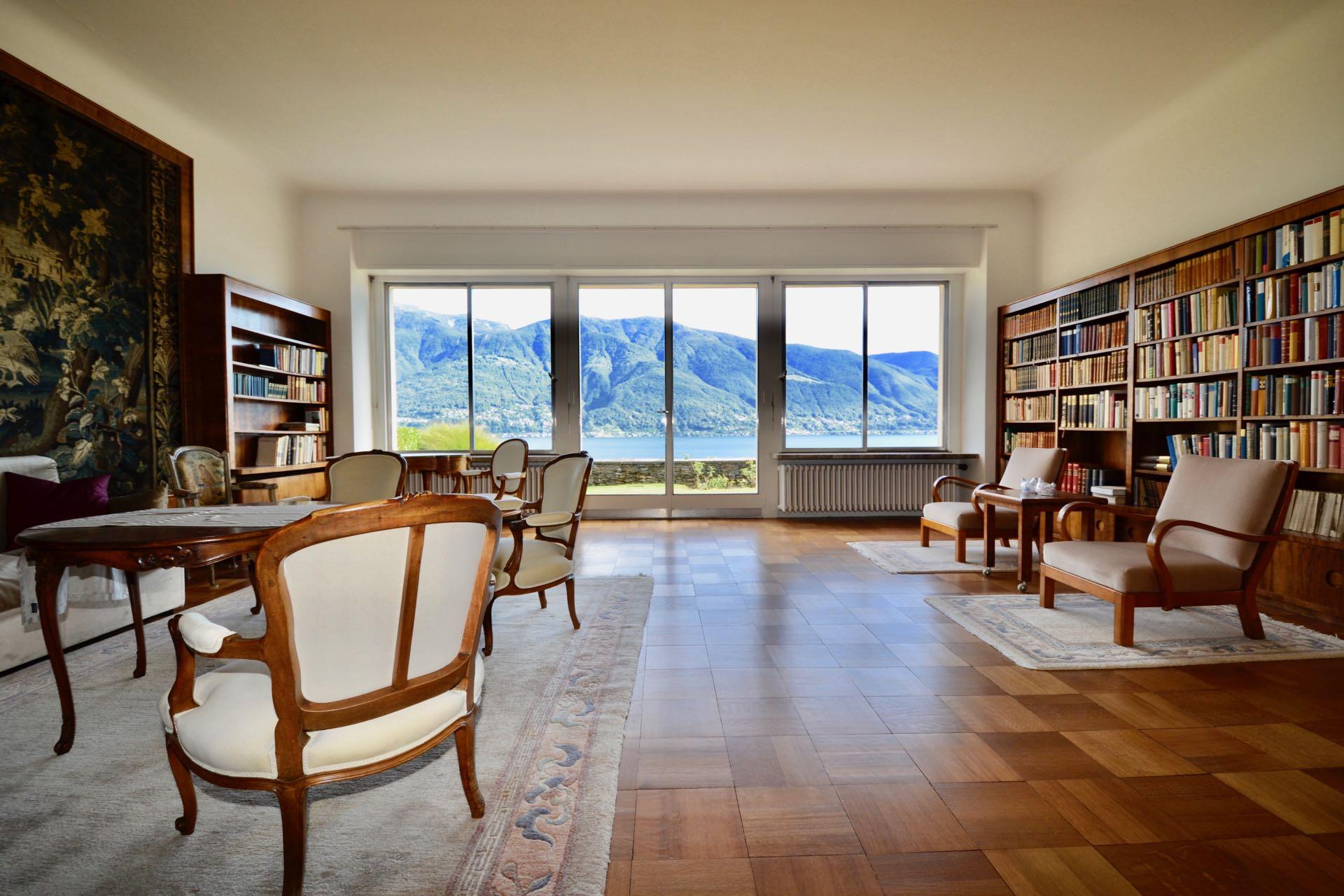 Liebevoll restauriertes grosses und helles Wohnzimmer mit Blick auf den Lago Maggiore, der Bauhaus-Villa in Ascona, Schweiz an absoluter Toplage in Ascona, Schweiz zu verkaufen