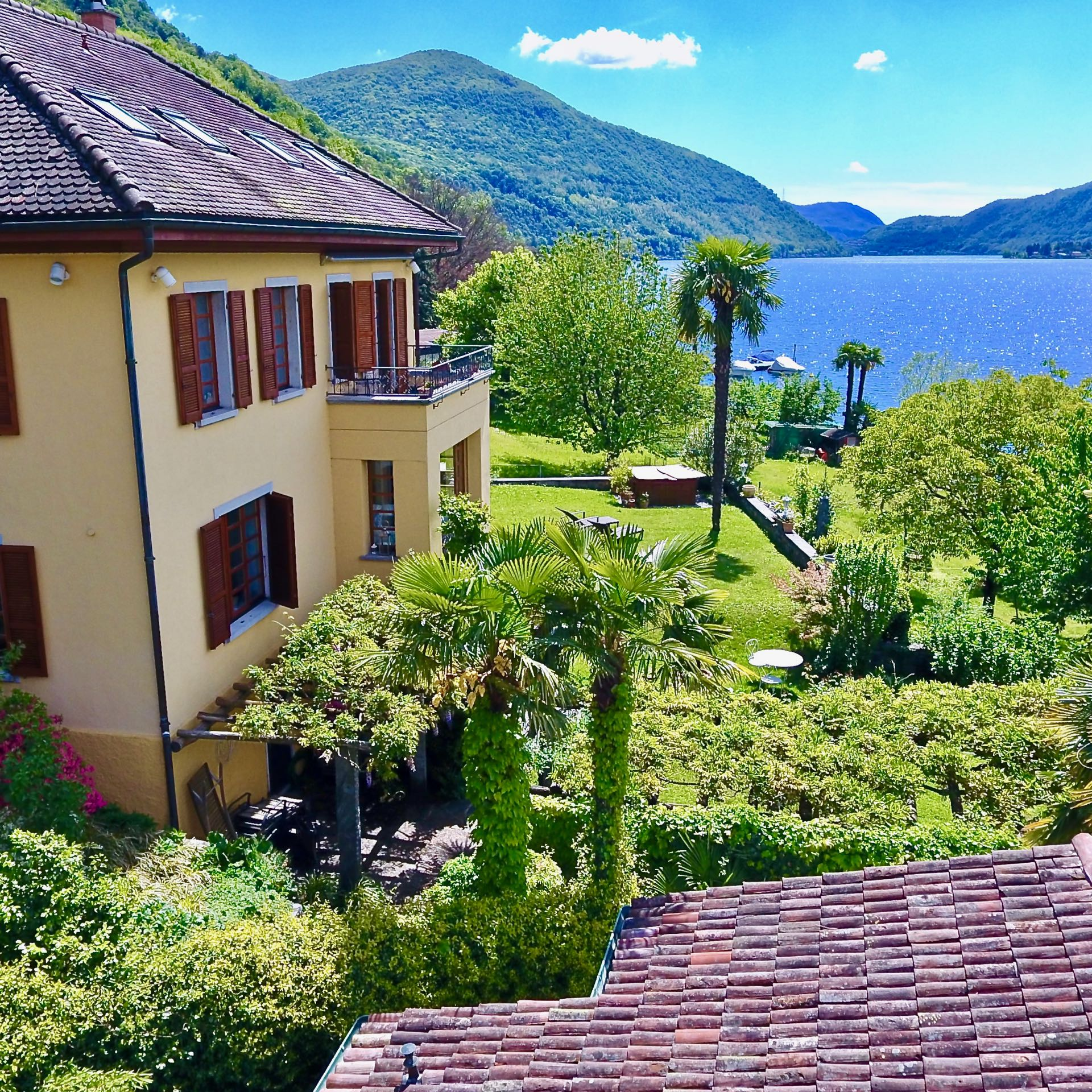 Beautiful villa in Carabietta, Ticino, for sale –directly by the Lake Lugano at the bottom of Collina d'Oro