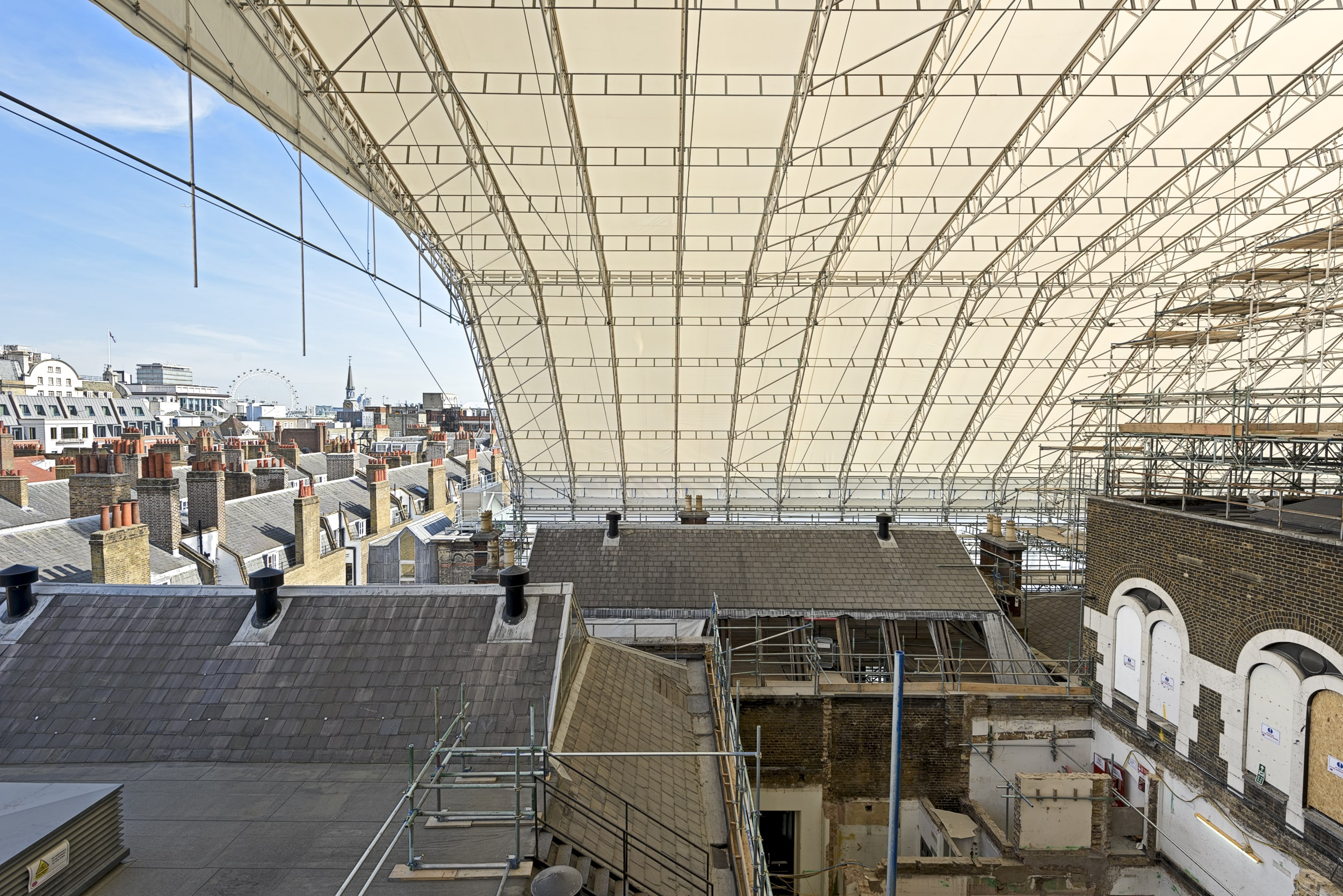 TEMPORARY ROOF OVER BURLINGTON GARDENS. COURTESY OF ROYAL ACADEMY OF ARTS © FRANCIS WARE