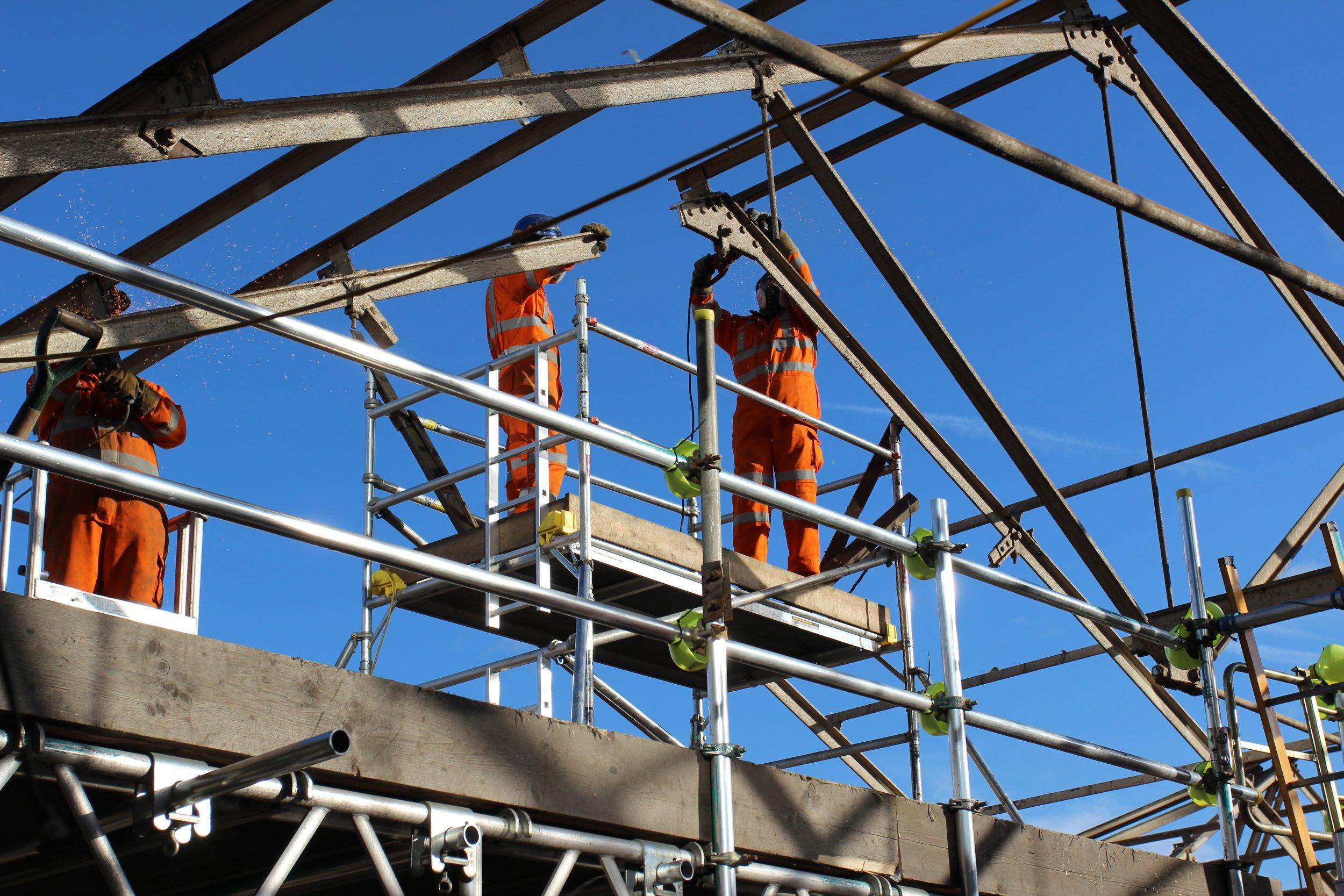 Dismantling of the roof at London Bridge via scaffolding access design