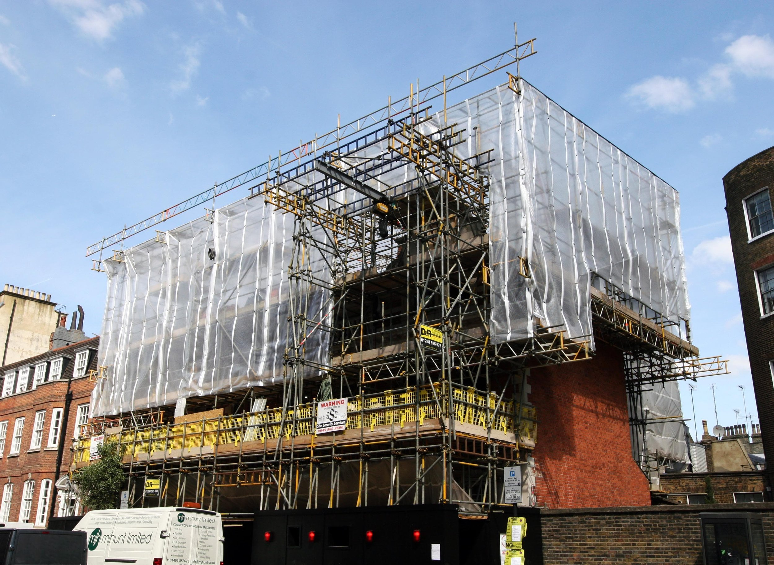 Scaffold design with scaffold gantry and temporary roof