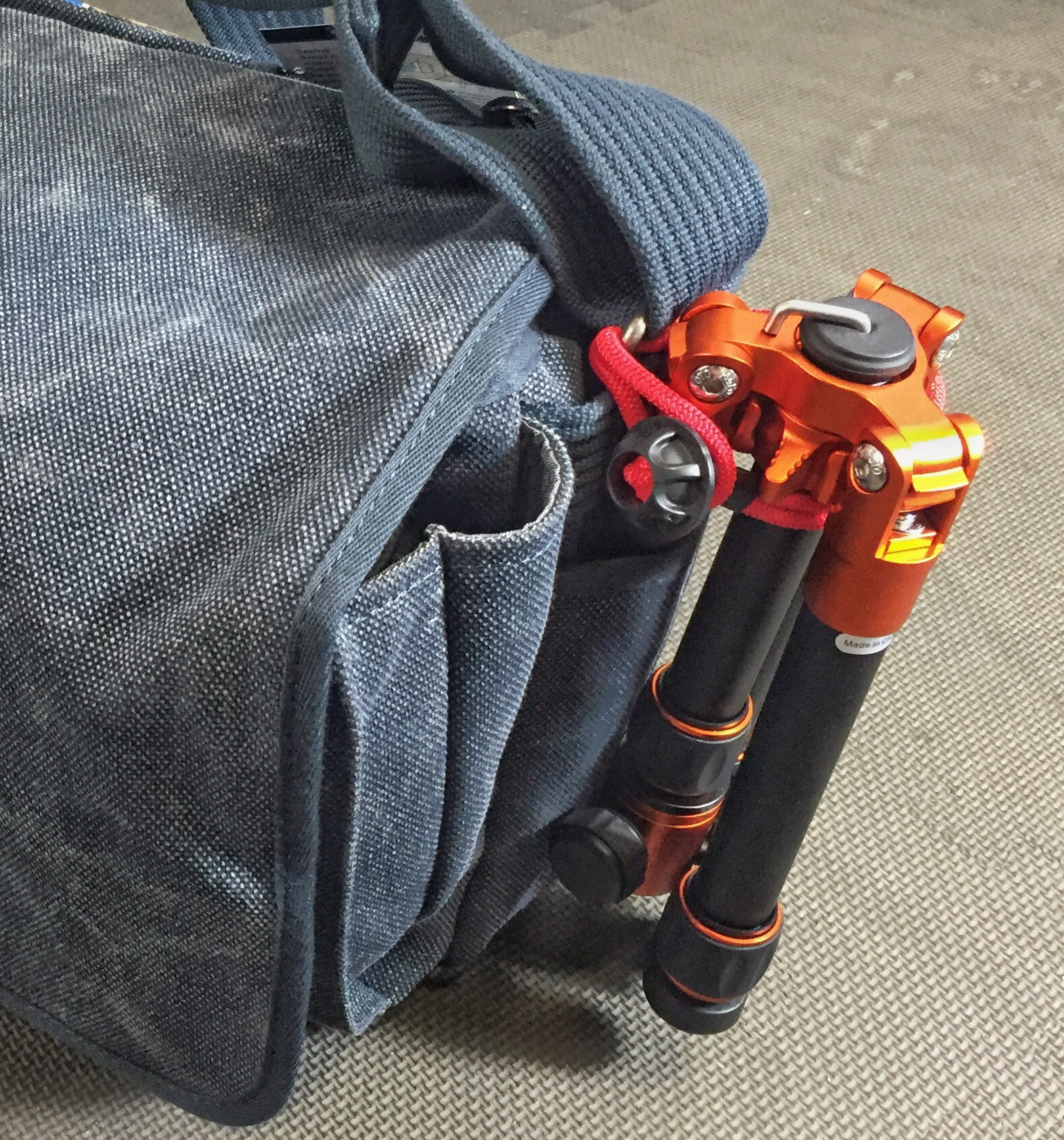 MeFoto DayTrip can be easily attached to your bag!
