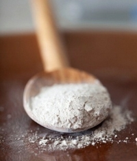 A powder made from fossilized phytoplankton.Because it is made up of tiny, sharp, very hard phytoplankton, DE works well as an abrasive. Balanced amounts of this earth plus the clays create a beautiful combination exfoliant while having incredible detoxifyng qualities.