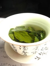 Has soothing properties & consists of a myriad of catechins (anti-oxidants), which help against damage caused by free radicals. Green tea also has anti-inflammatory benefits and has been show to neutralize damage caused by exposure to UV rays.