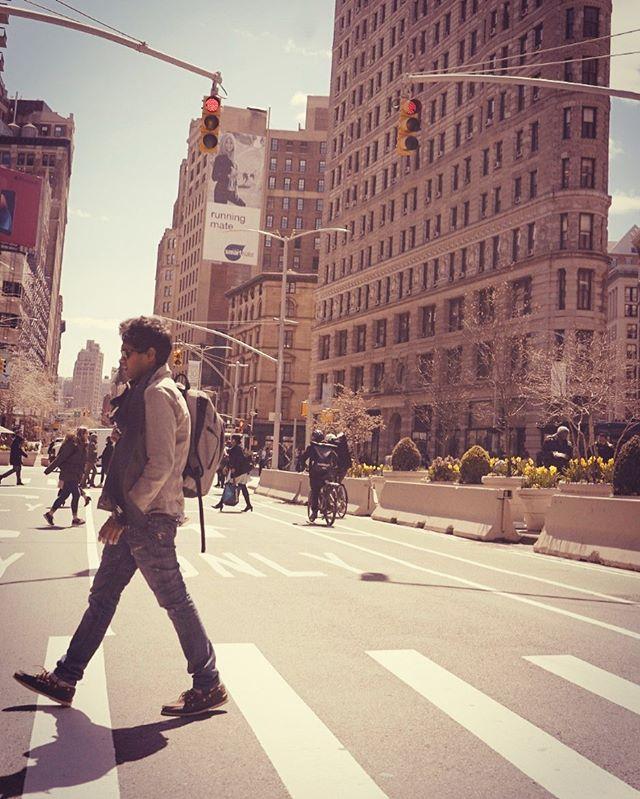 C I T Y  L I F E. 🎬 #nyc #spring #manhattan #flatiron #midtown #newyork #travel #music #tour #show #crosswalk #denim #throwback #videographer #sony #stabalizer #lens #allsaints #positivevibes 📷 @nathanwmmack