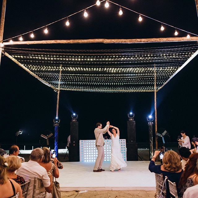Dance 'till dawn 💫 Baila hasta el amanecer. • • • • • • Fotografía: @michaudfilms #bodasenacapulco #bodasacapulco #weddings #bodas #bodasplaya #fairylights #beachwedding #wedding #weddingdecoration #dancefloor #pistadebaile #banqueteslarekhi #banqueteslarekhidecor #destinationwedding #acapulco