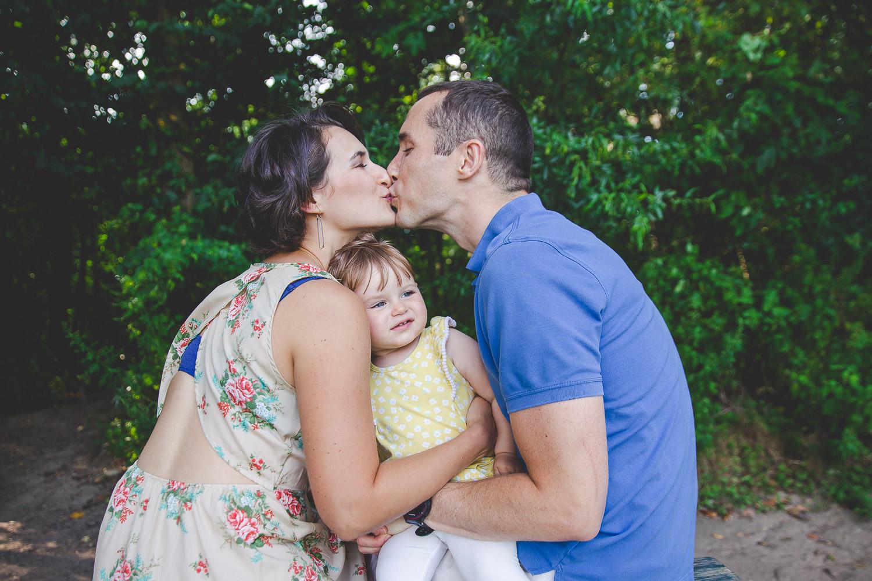 alimegreendream-mom-and-dad-kissing-1.jpg