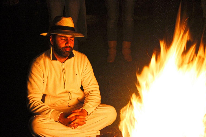 El Maestro Fahad meditando durante el fuego sagrado