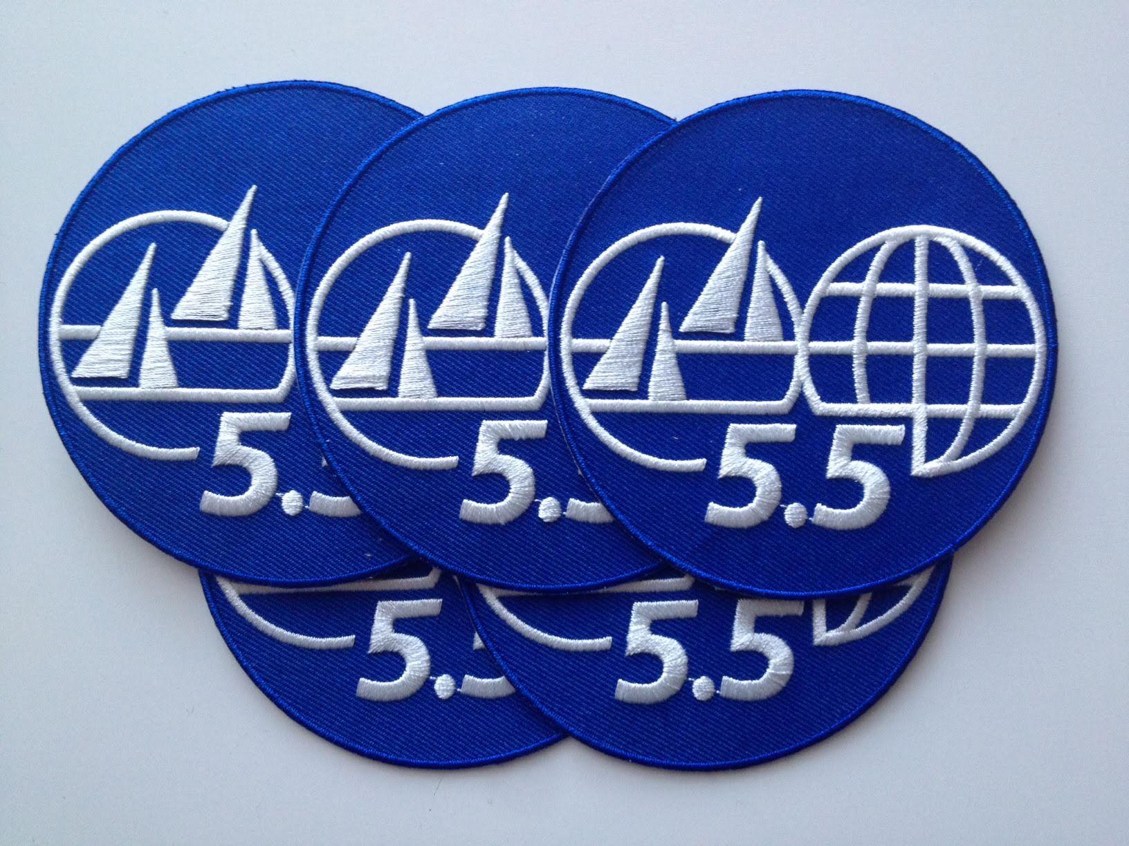 Hihamerkit - 5.5m -hihamerkkejä voi tilata yhdistykseltä. Hienot silittämällä kiinnitettävät merkit muistuttavat muita purjehtijoita siitä keillä on nopeimmat veneet, eivätkä edes vaadi reikien tekemistä purjehdusvaatteisiin kiinnitettäessä. Hinta 7 eur/kpl.