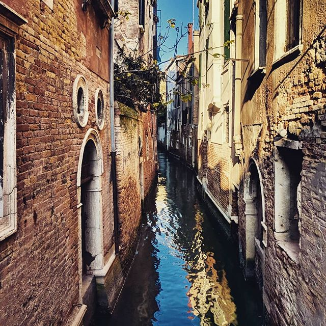 Canals of Venice. There are no cars or vehicles of any kind, just boats, handtrucks, and carts. . . . #venice🇮🇹 #boattransport #doyoutravel #letsgosomewhere #traveldeeper #triplookers #athomeintheworld #beautifuldestinations #roamtheplanet #adventurethatislife #lovetotravel #openmyworld #wonderfulplaces #goexplore #travelmore #doyoutravel #adventureseeker #wanderlust #seekmoments #momentsofmine #postcardsfromtheworld #photographyislifee #solotravel