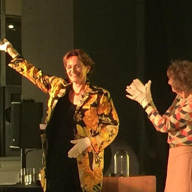 Twee opmerkelijke dames: de ene Francine Houben krijgt de #bnaarchitectendag BNA kubus uit handen van Hedy d'Ancona.