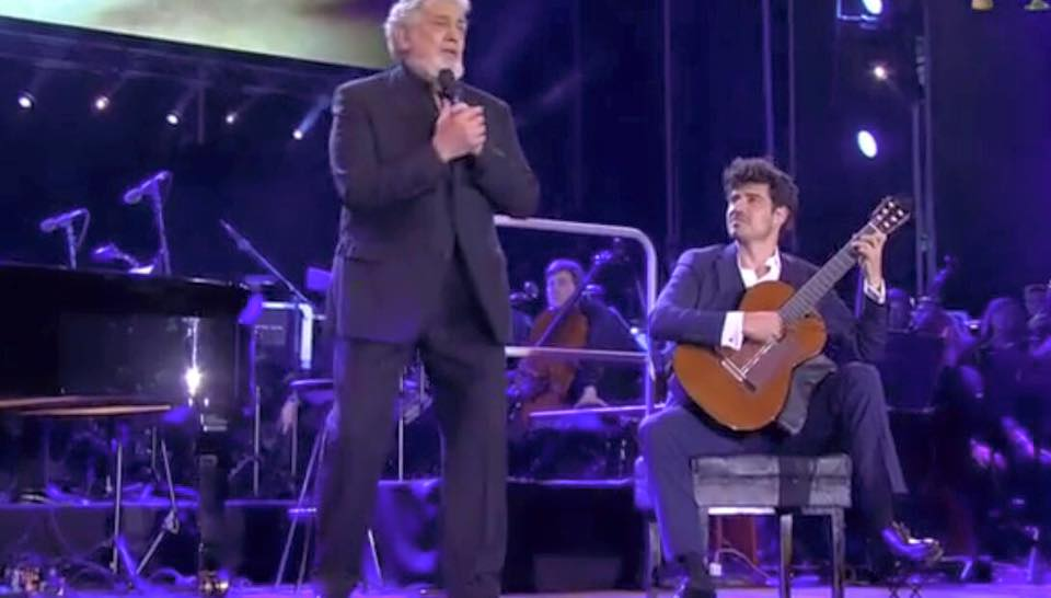 Pablo Sáinz Villegas on stage with Plácido Domingo in front of a sold-out stadium of 60,000.