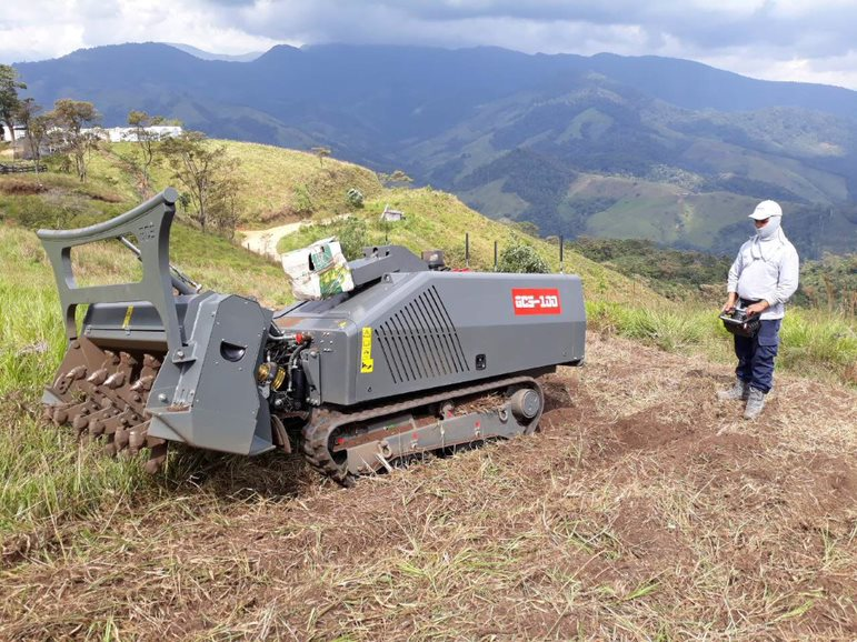 An operator from HI being trained on the remote-controlled GCS-100 platform