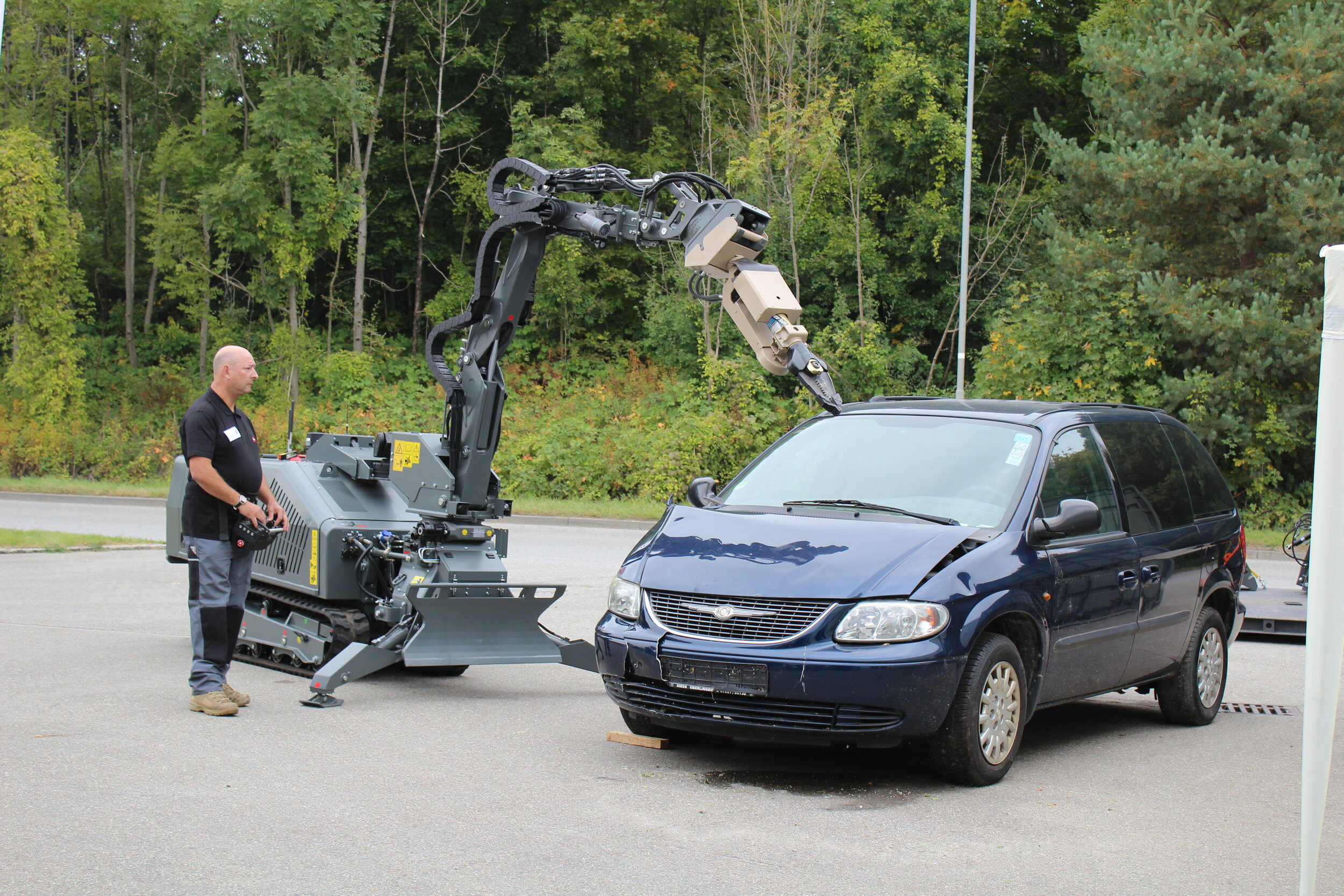 Vehicle borne IED scenario – parked car with suspected IED
