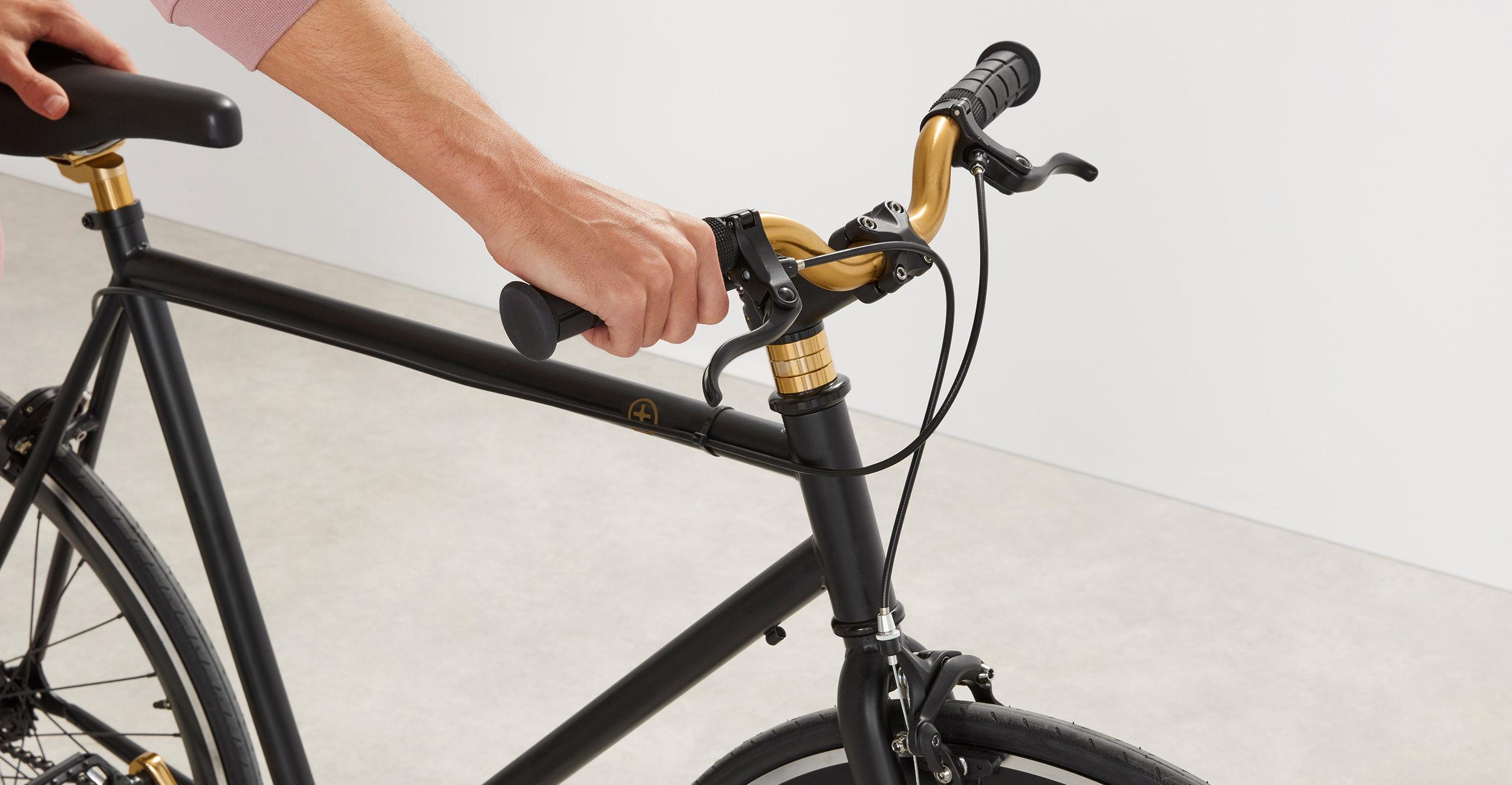 BIKCWN002BLA-UK_Colwyn_Single_Speed_City_Bike_Matt_Black_Gold_SM_LB03.jpg