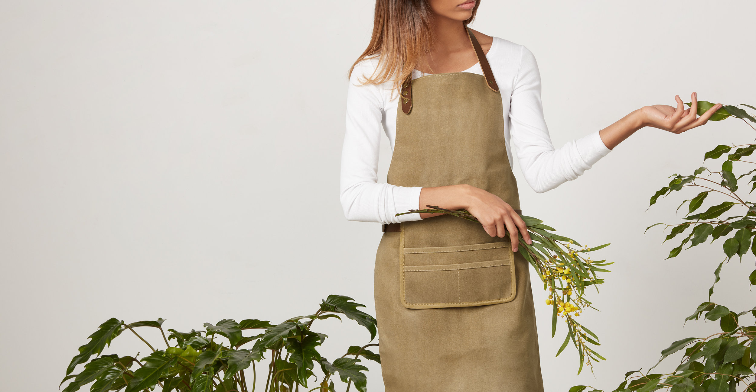 ACCBLY001MUL-UK_Blythe_Garden_Apron_Waxed_Canvas_with_Leather_Straps_LB01.jpg