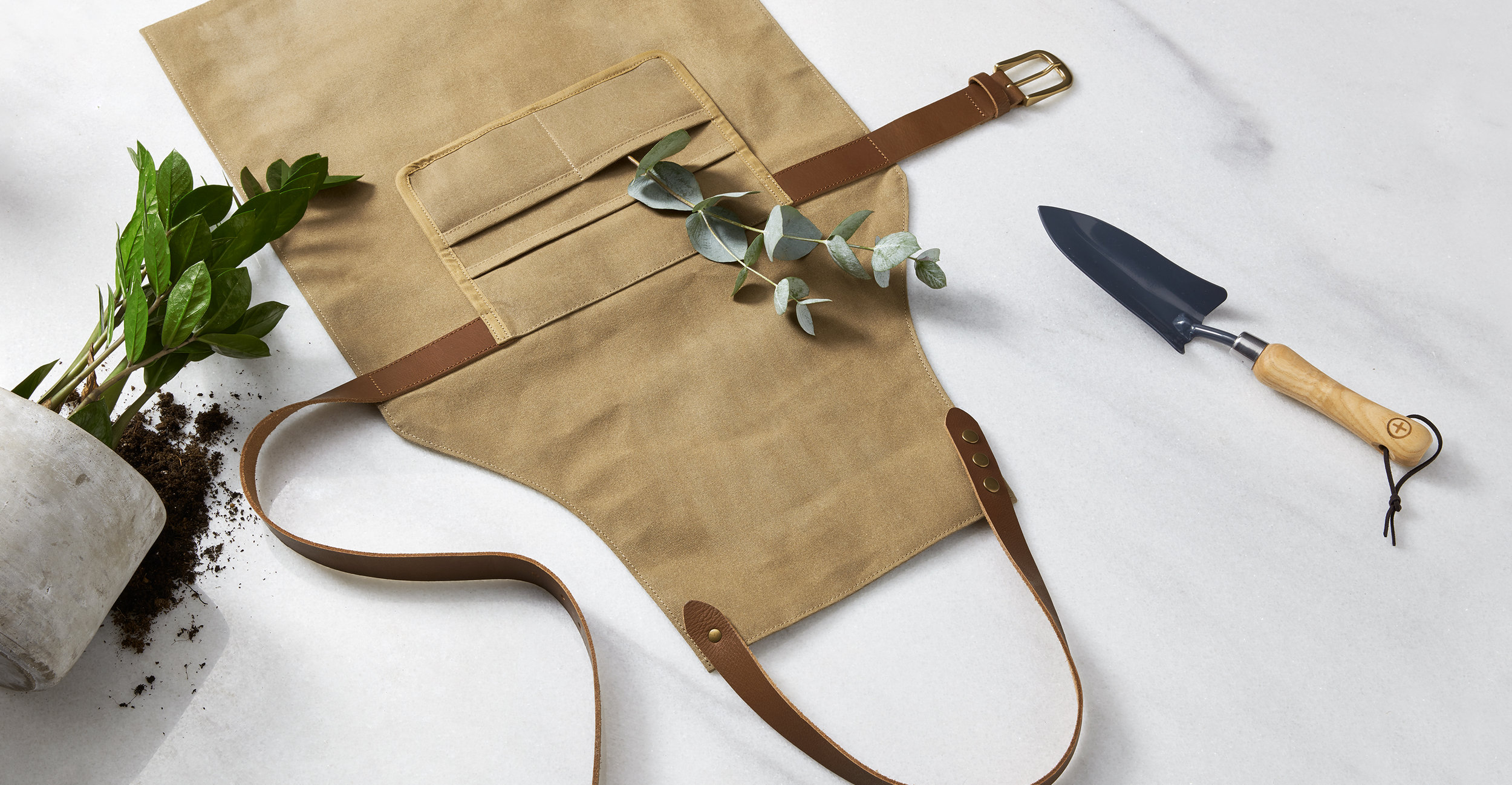 ACCBLY001MUL-UK_Blythe_Garden_Apron_Waxed_Canvas_with_Leather_Straps_LB02.jpg