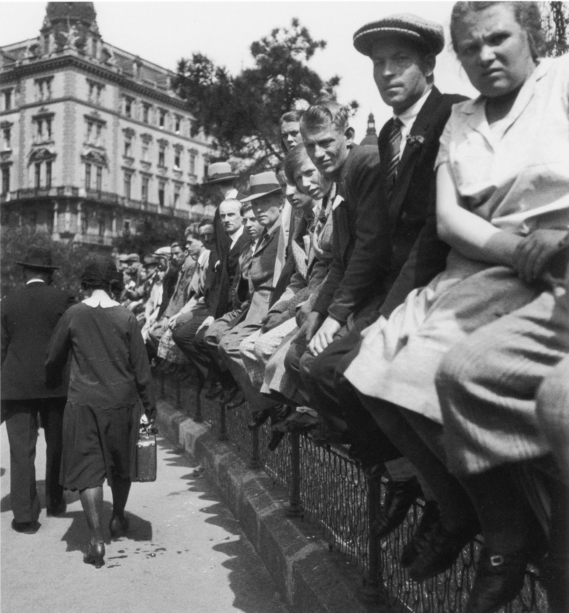 Auf Zaun Menge Wien 1930311.jpg