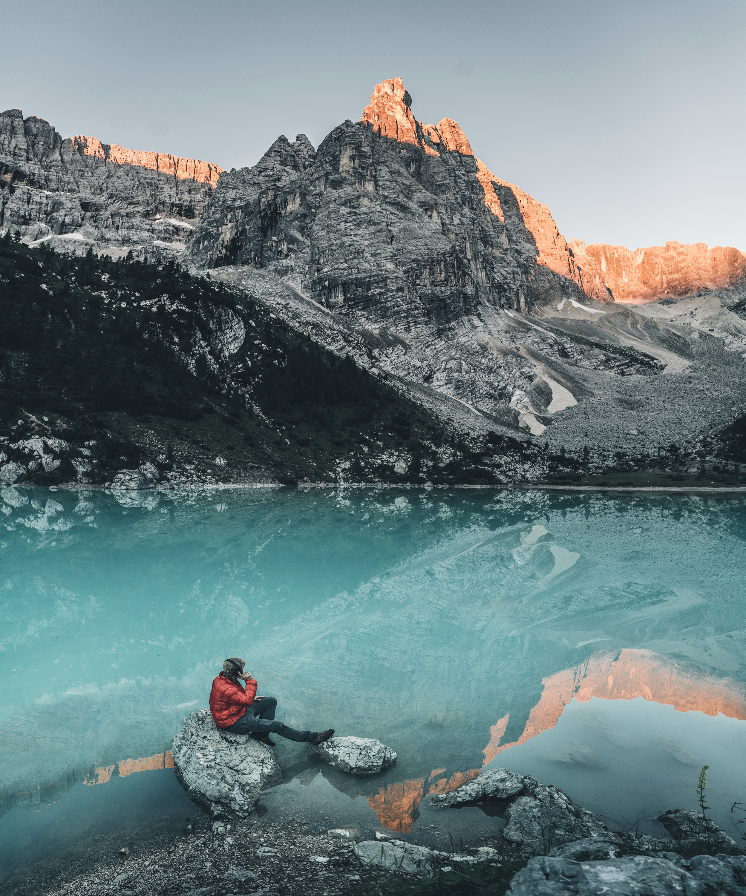 Lennart Pagel  is listening to the soundtrack of sunrise at Lago di Sorapis, Italy.
