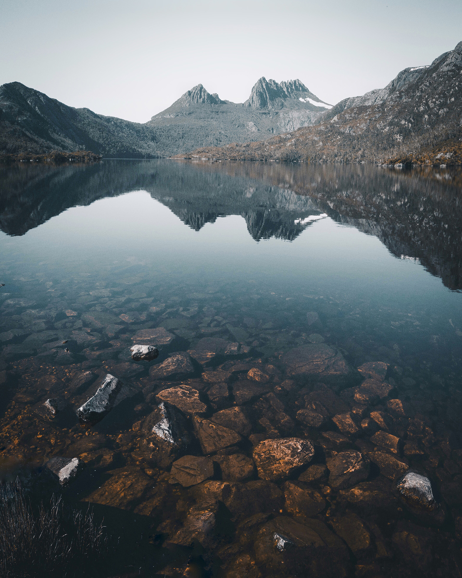 Entstanden ist dieses Bild vom Dove Lake am Morgen bei ISO 100, Blende 1.7 und Verschlusszeit 1/2000.