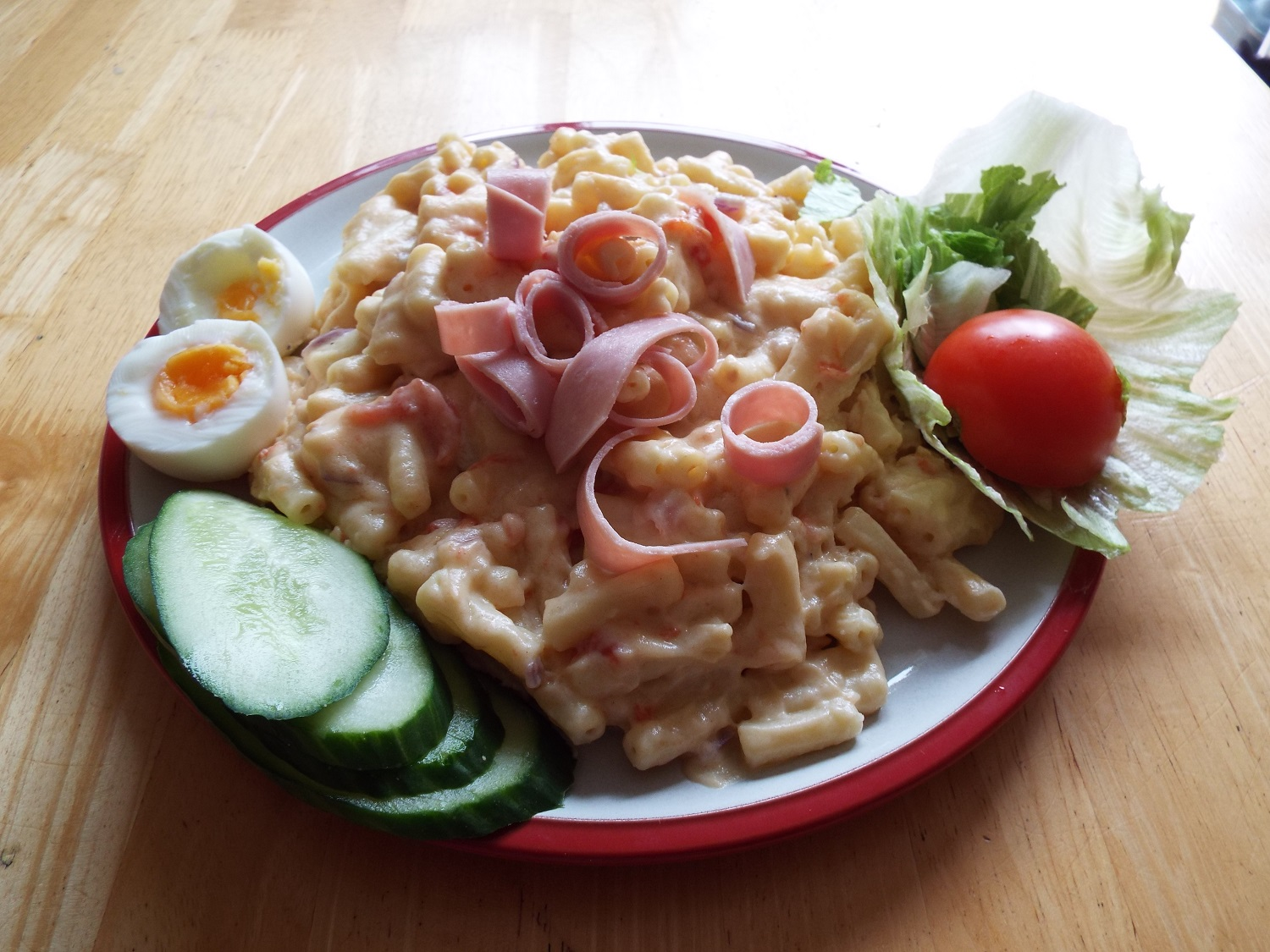 YES! That's more like it ...macaroni cheese, with that ham salad for garnish