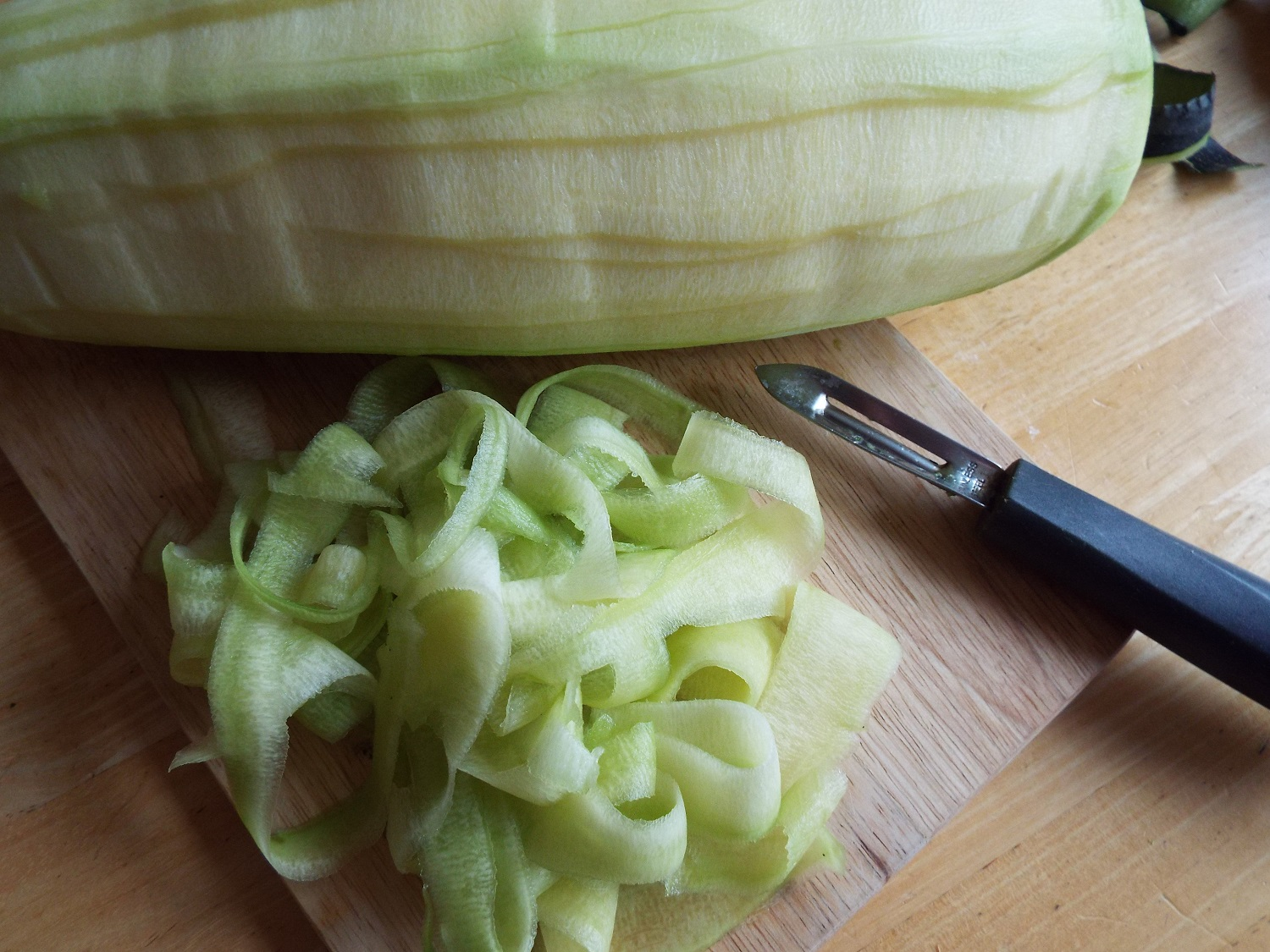 Making 'courgetti' from zucchini or marrows - only a basic peeler needed